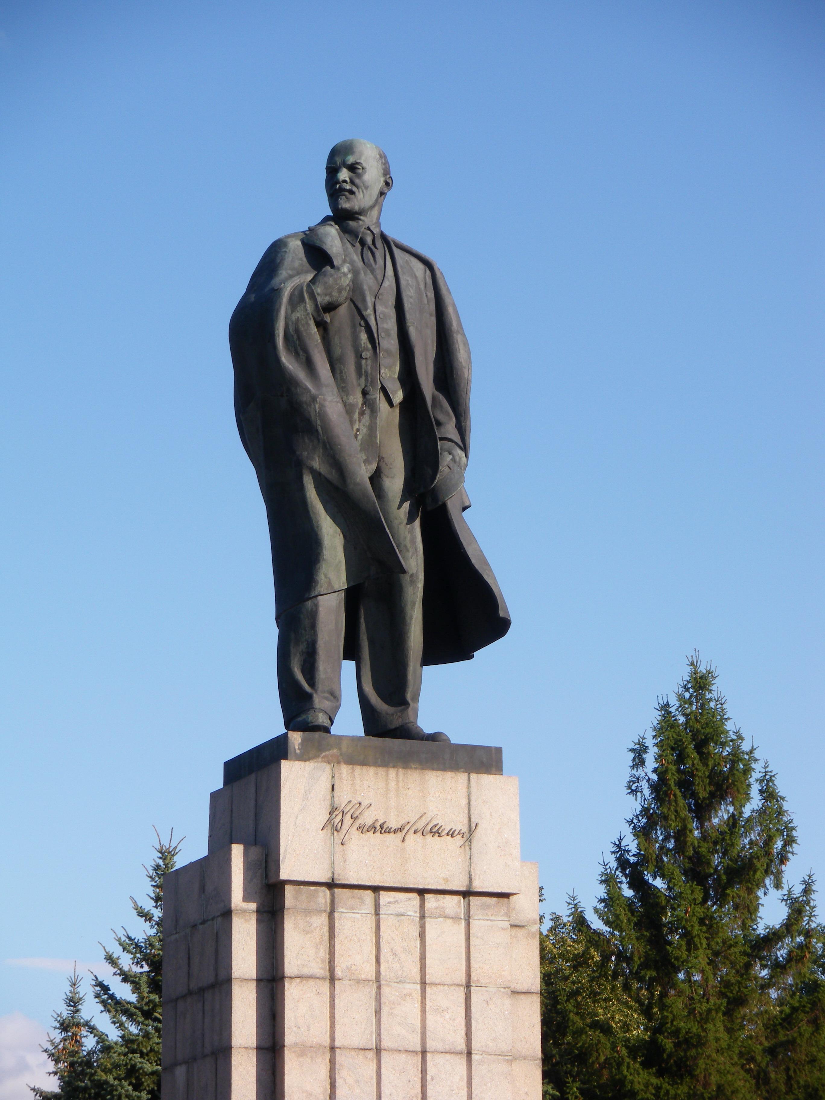 Памятник ленину у ж/д станции разлив