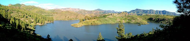 Пресноводное озеро на одном из островов Канарского архипелага как пример экосистемы (соседствует и взаимодействует с экосистемами окружающего её леса и другими экосистемами)