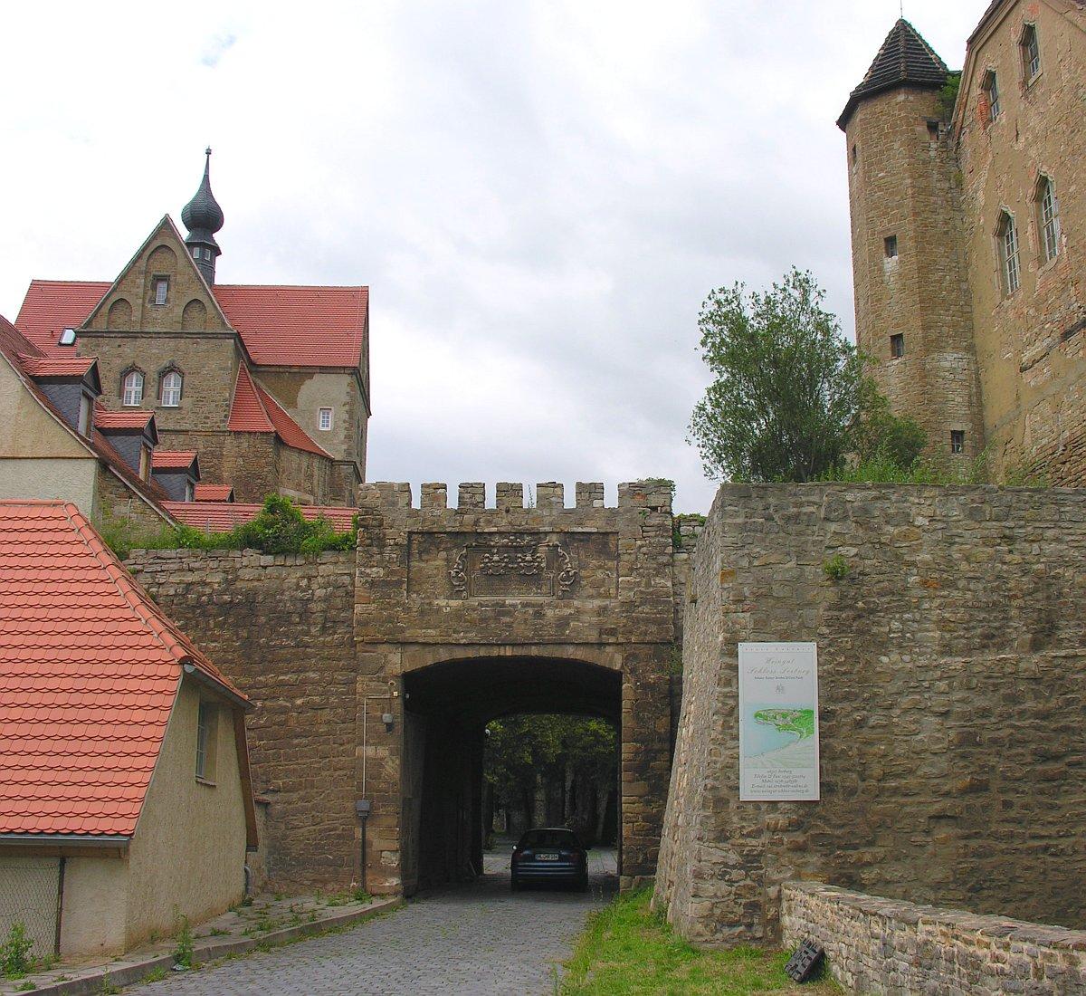 Seeburg Germany  city images : Schloss Seeburg Zufahrtstor mit Inschrift Wikimedia Commons