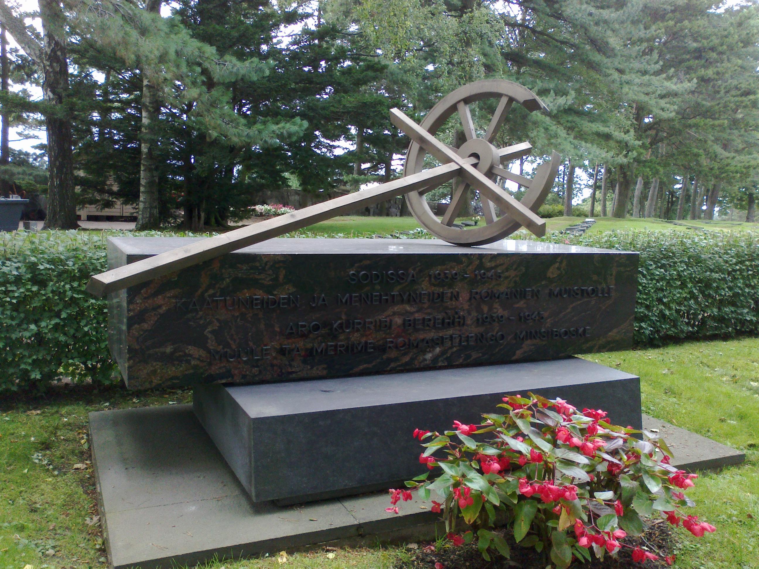 File:Sodissa 1939-1945 kaatuneiden romanien muistomerkki, Hietaniemen hautausmaa Helsinki.jpg ...