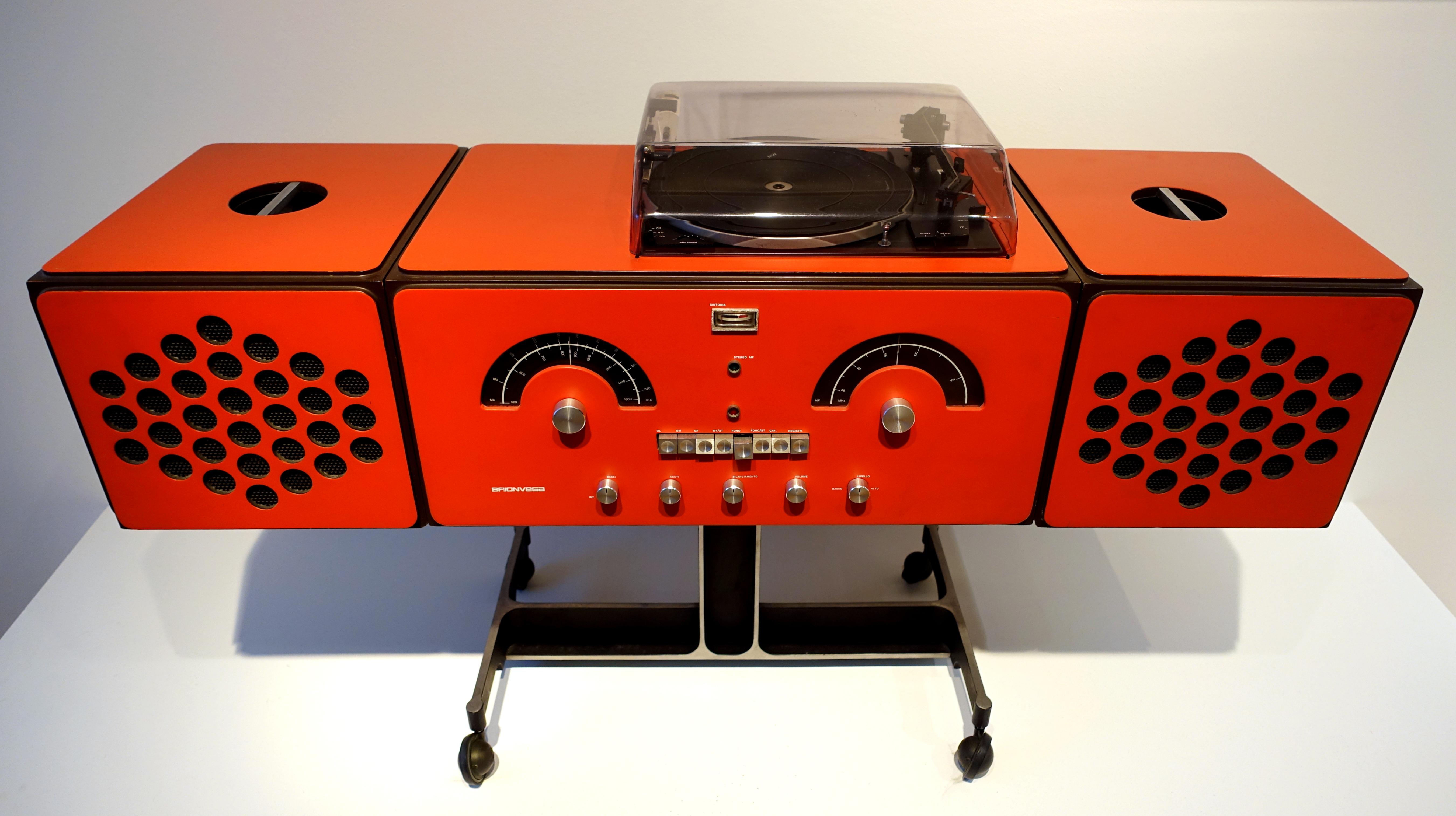 File:Stereo system, Model RR-126-OF-ST, Deposito, designed by Achille Castiglioni, Brionvega, Milan, lacquered wood - Museum für Angewandte Kunst Köln - Cologne, Germany - DSC09671.jpg