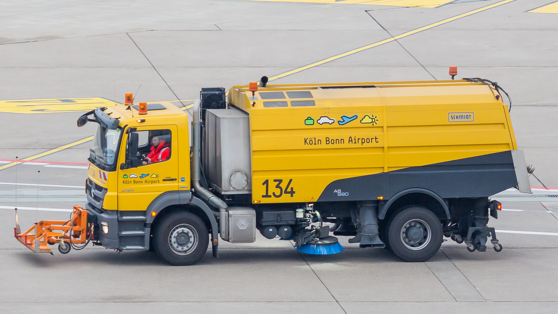 File:Street sweeper truck, Airport Cologne Bonn-7179.jpg