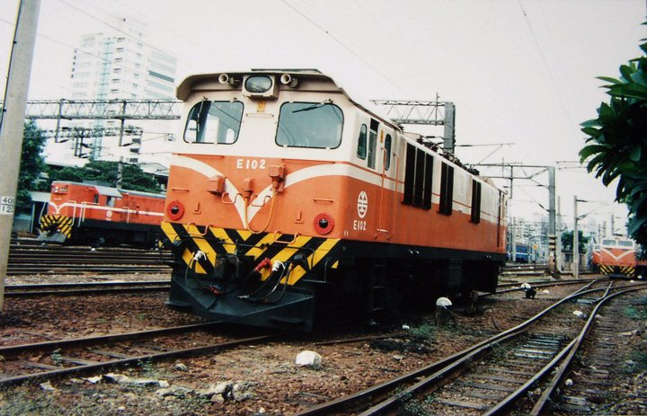 https://upload.wikimedia.org/wikipedia/commons/f/f8/TRA_GEC_Electric_Locomotive_E102_Kaohsiung_Terminal.jpg
