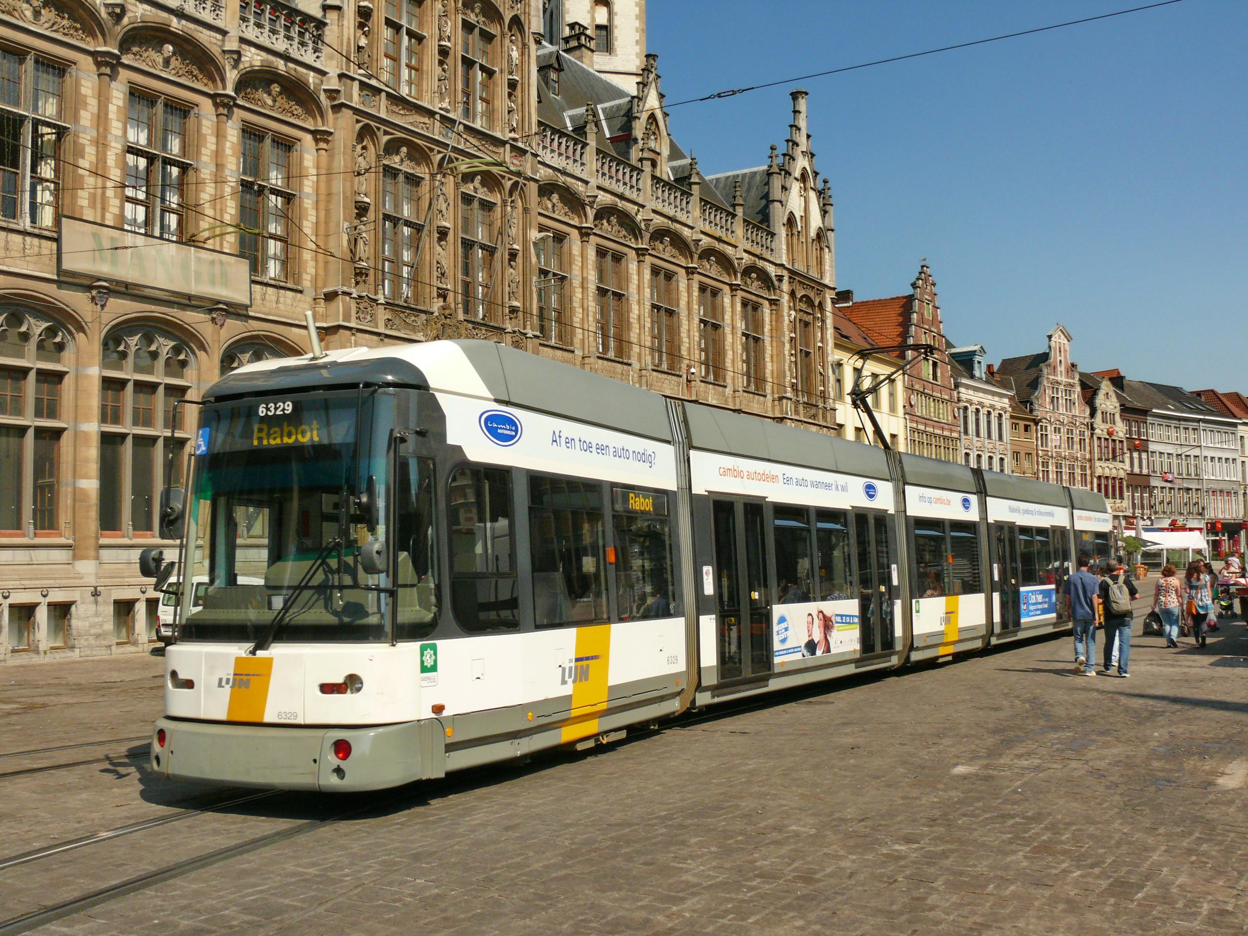 Description Tramway de Gand - Rame 6329 Hermelijn à Korenmarkt.JPG