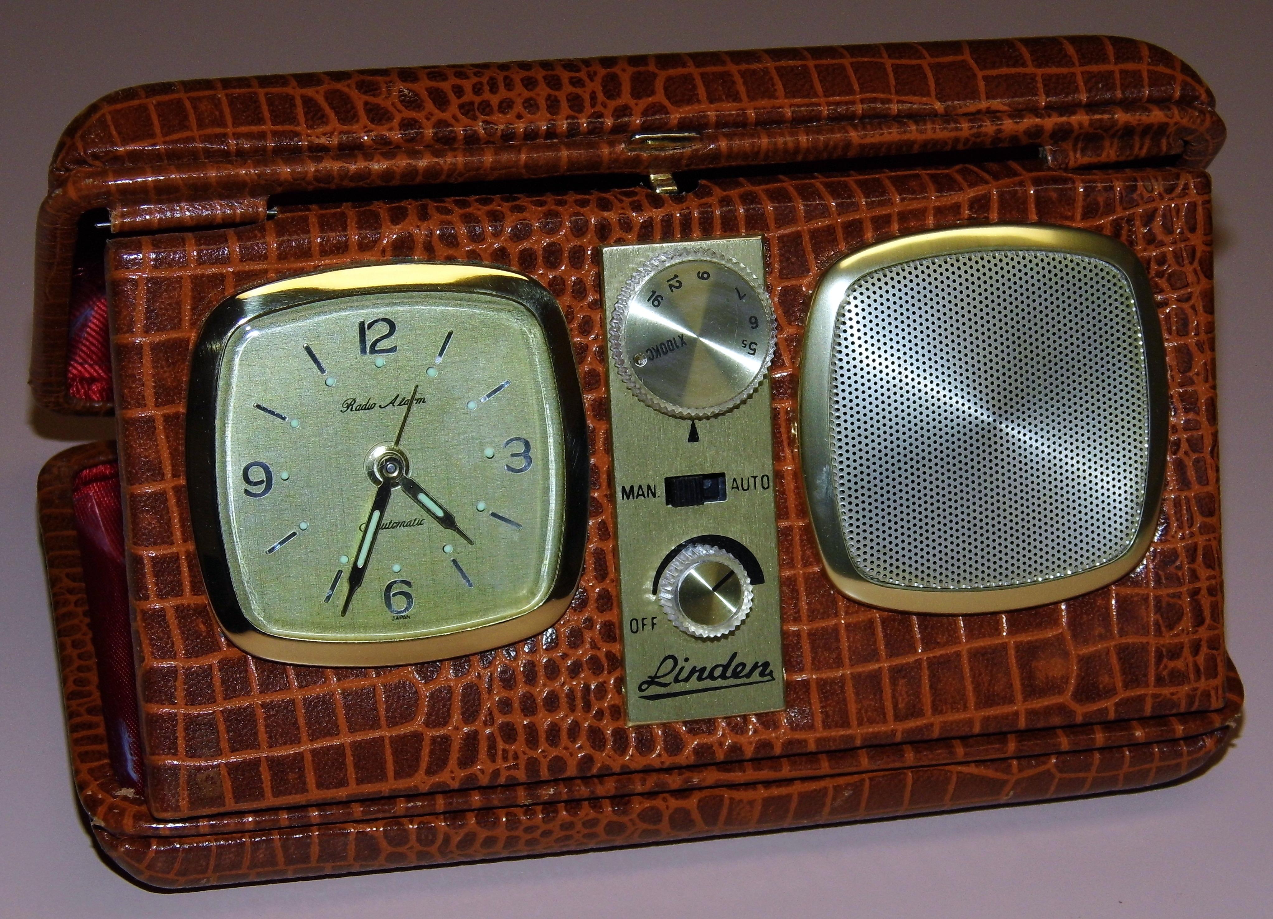 File:Vintage Linden Travel Clock Radio, Broadcast Band ...