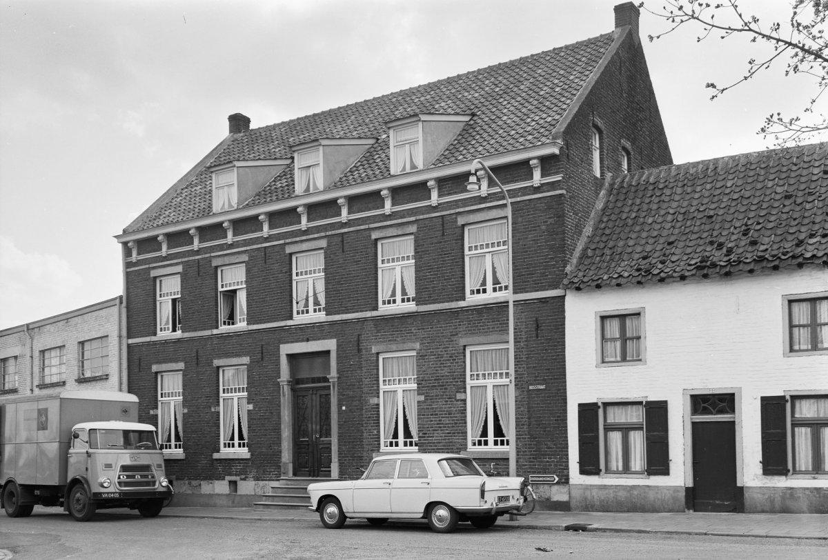 Huis met verdieping onder een zadeldak evenwijdig aan de straat ingang in hardsteen hardstenen - Huis ingang ...