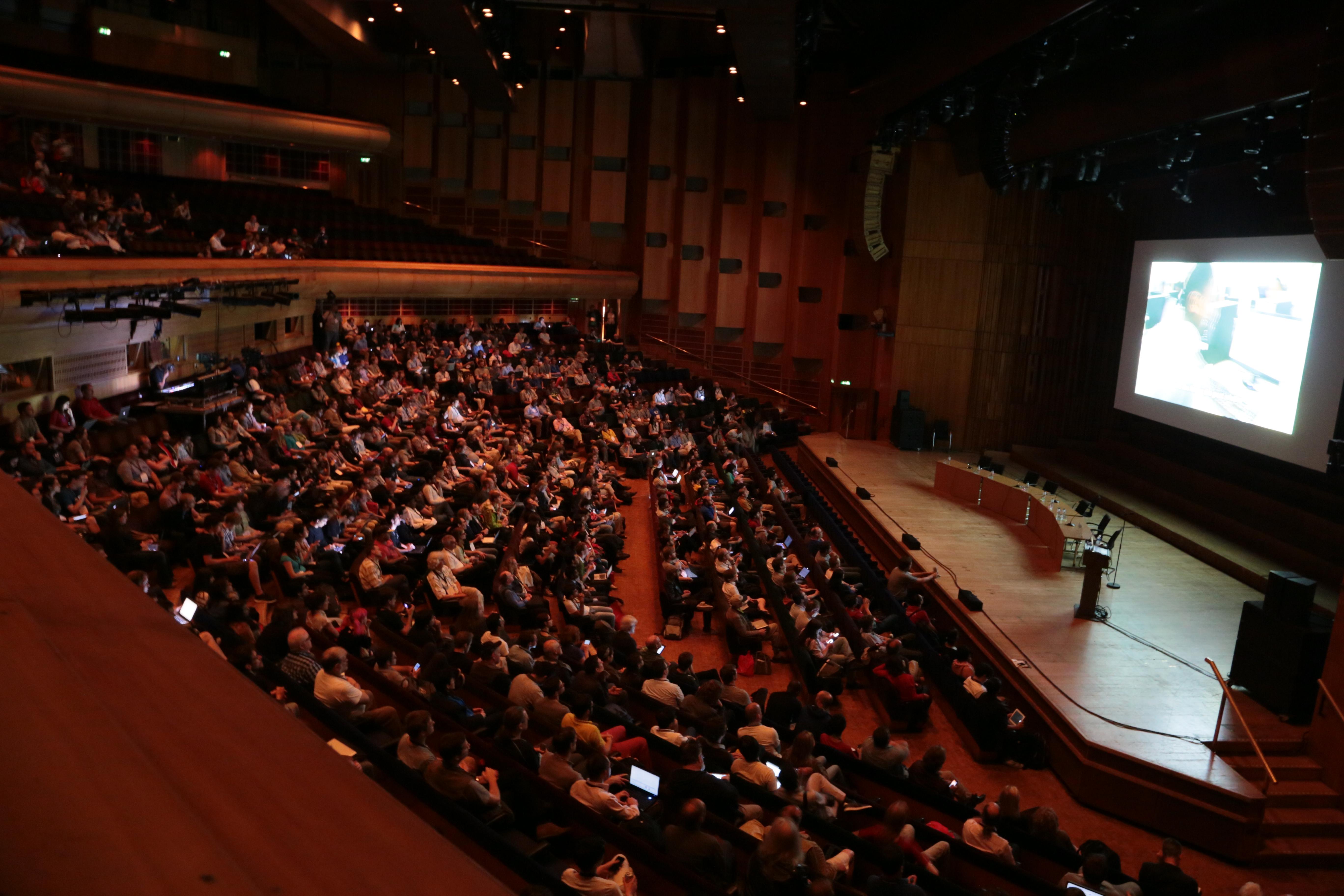 El auditorio central del Barbican Centre durante una de las sesiones