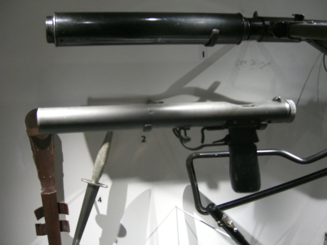 Fișier:A Welrod 9mm pistol on display at the Imperial War Museum in London..jpg