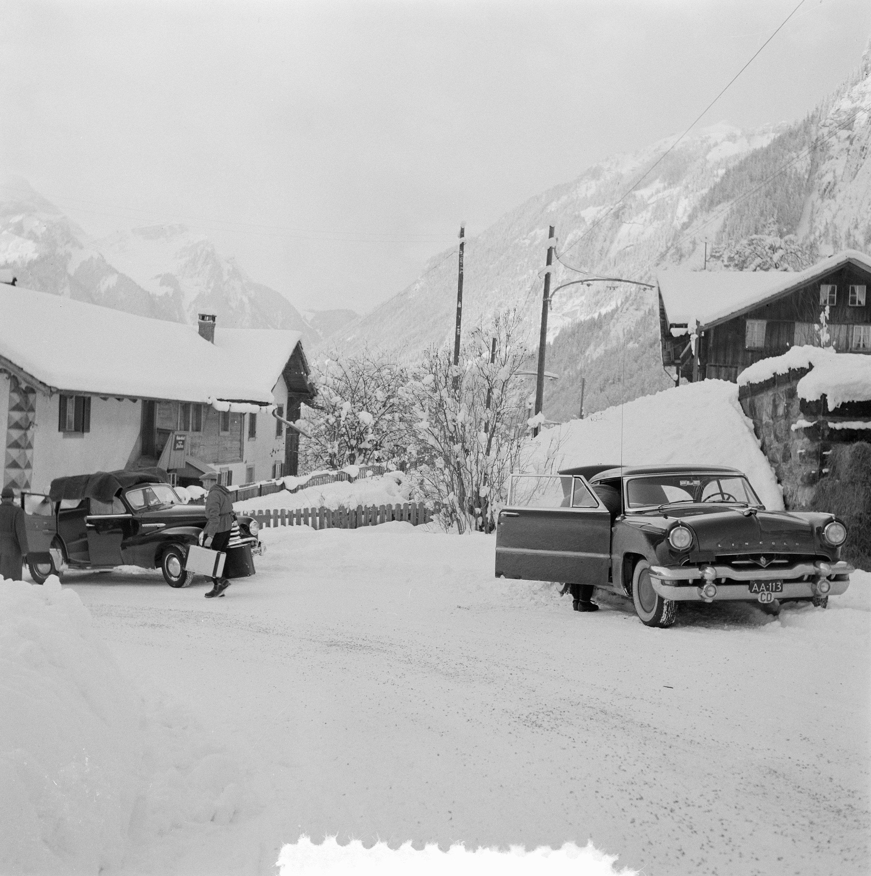 File:Bezoek Koninklijke familie Grindelwald, auto-opname, Bestanddeelnr 906- 2573.
