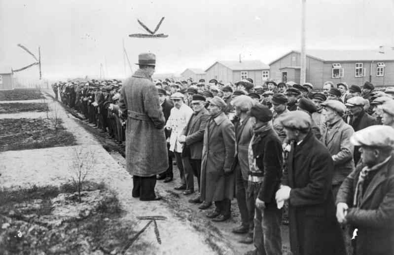Datei:Bundesarchiv Bild 183-R31497, KZ Esterwegen, Rudolf Diels vor Häftlingen.jpg