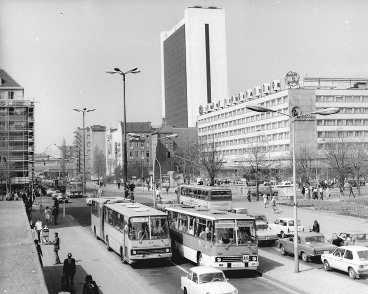 Файл:Bundesarchiv Bild 183-U0609-0006, Berlin, Hotel Unter den Linden, Internationales Handelszentrum.jpg