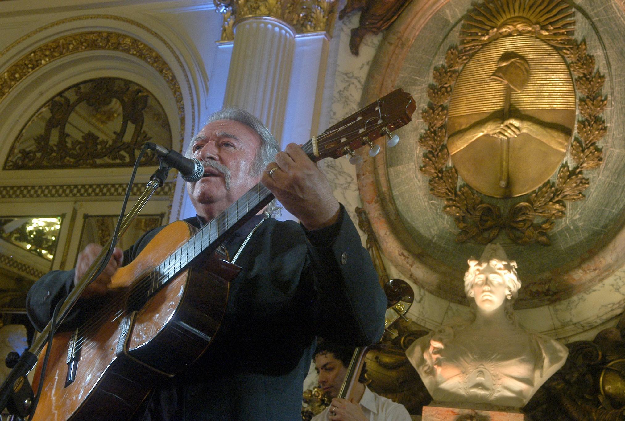 César Isella cantando en el Salón Blanco de la Casa Rosada, 2008.