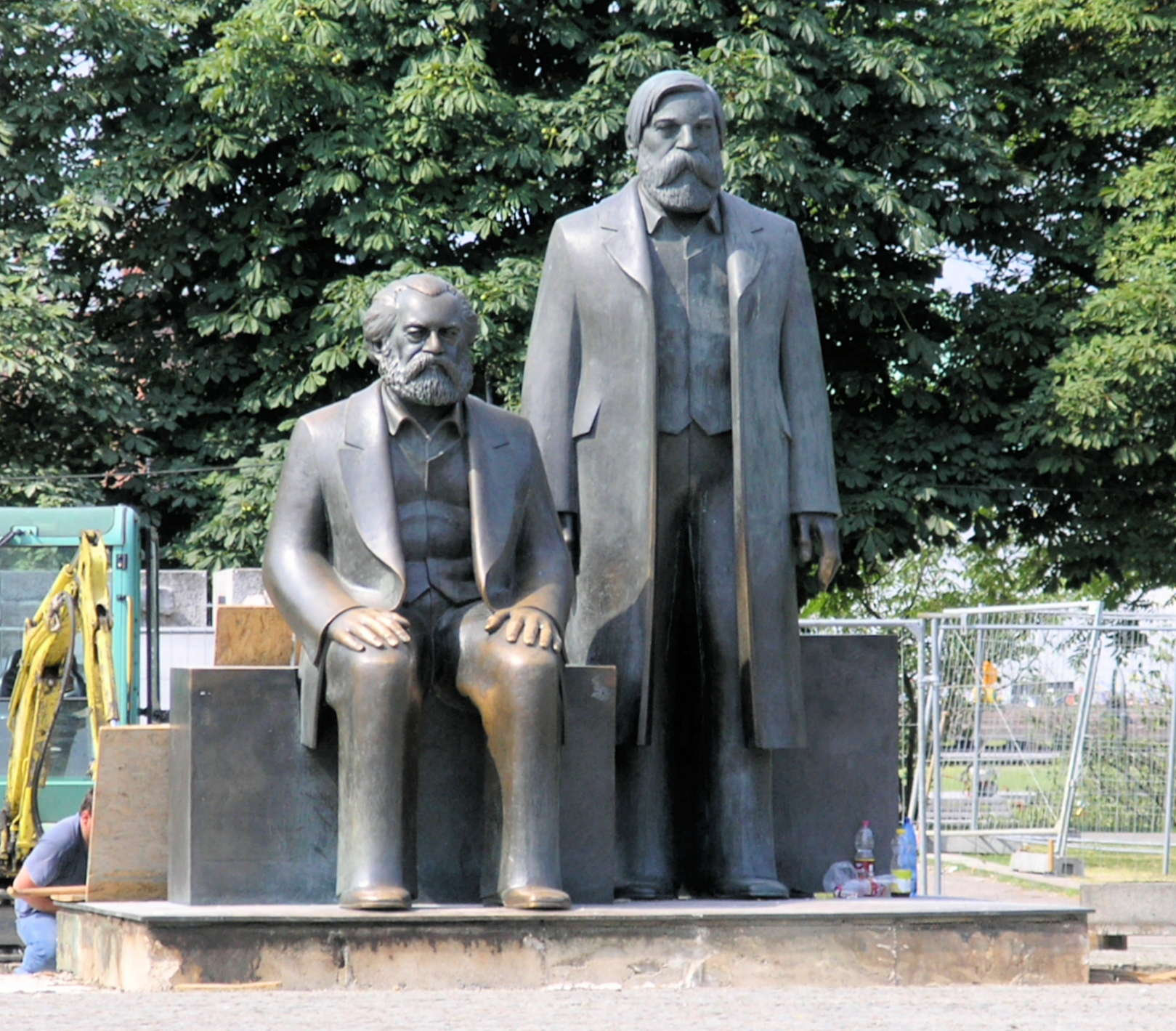 https://upload.wikimedia.org/wikipedia/commons/f/f9/Denkmal_Karl-Liebknecht-Str_(Mitte)_Marx_Engels.jpg