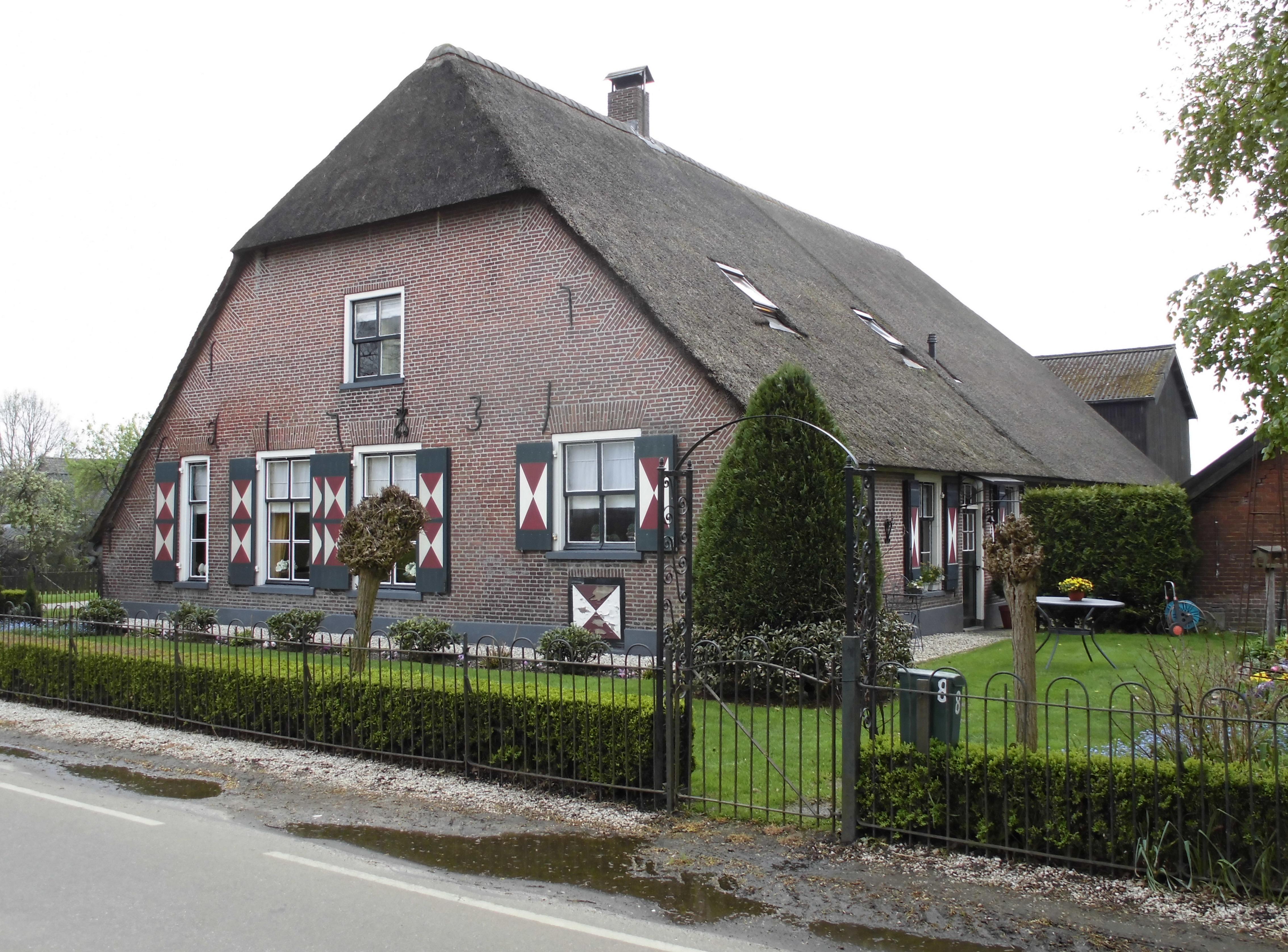 Boerderij voorgevel met afgewolfd dak lang huis in driebergen rijsenburg monument - Foto van eigentijds huis ...