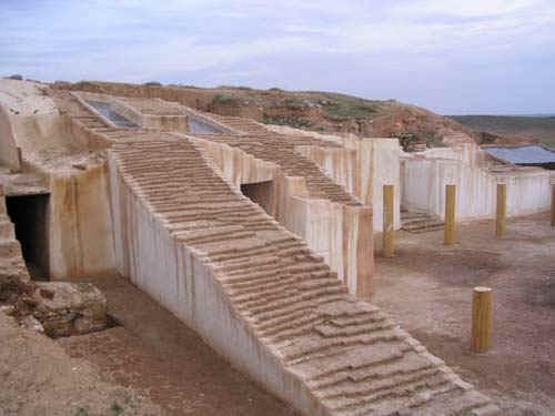 التعريف بسوريا كبلد سياحي المعلومات Ebla_ziggurat.jpg