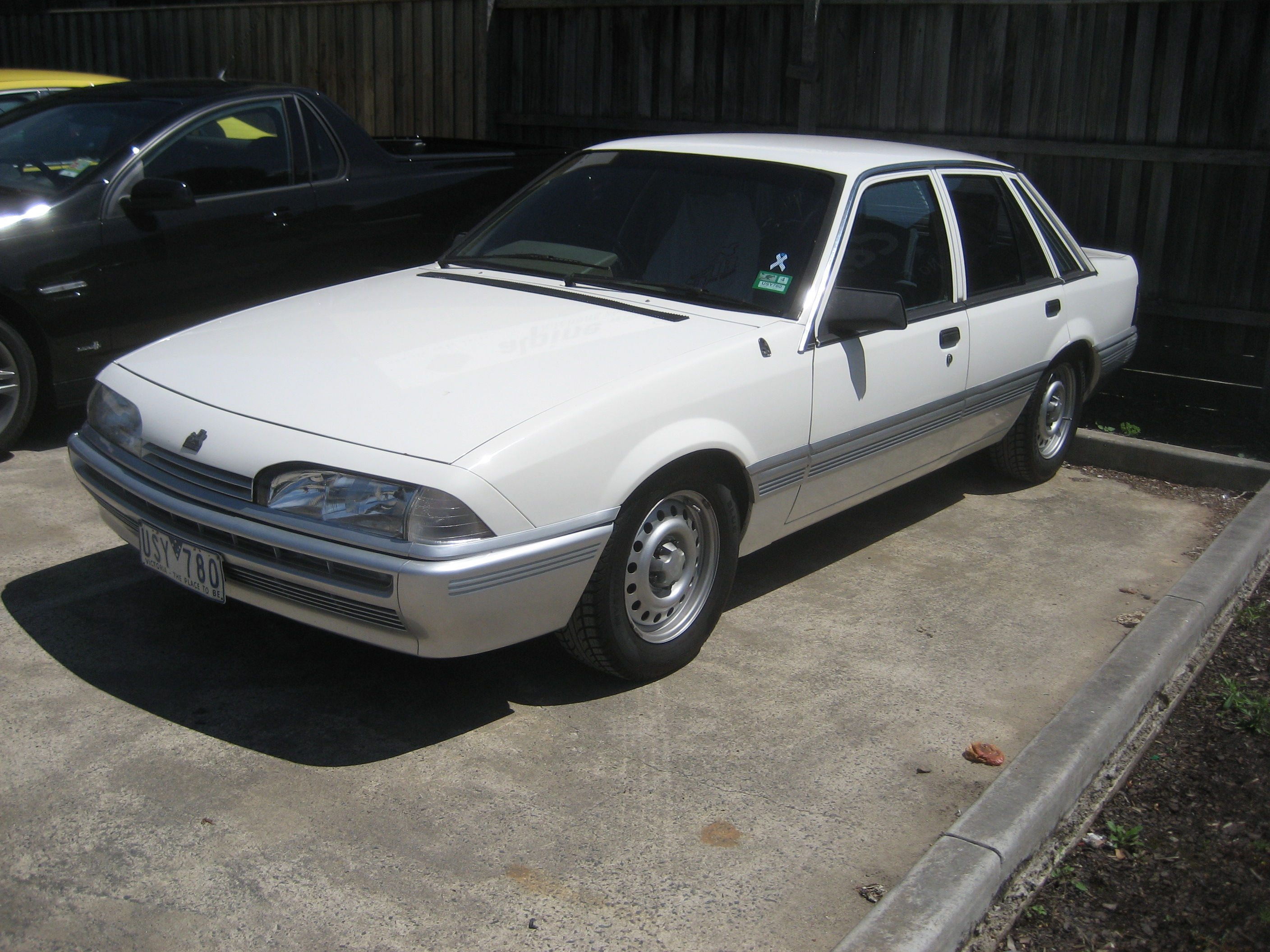 File Holden Commodore Vl Sedan Jpg Wikimedia Commons