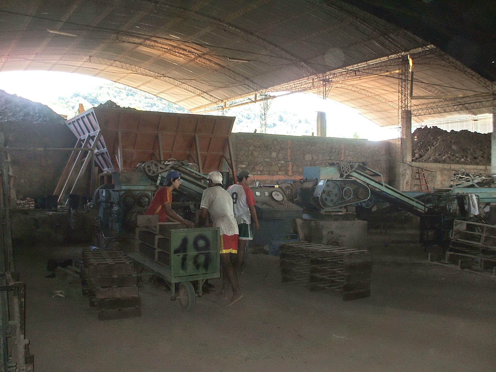 File hombres trabajando en la fabrica de for Fabrica de ceramica