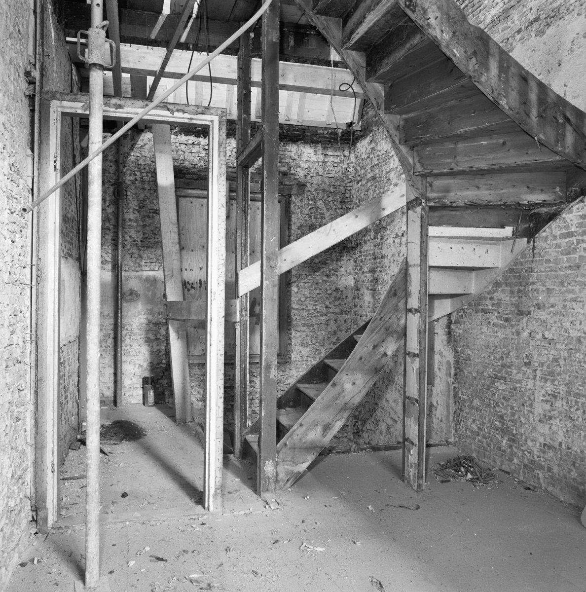 File interieur vervallen trap voorhuis 1e verdieping zolder 39 s gravenhage 20089363 rce - Interieur trap ...