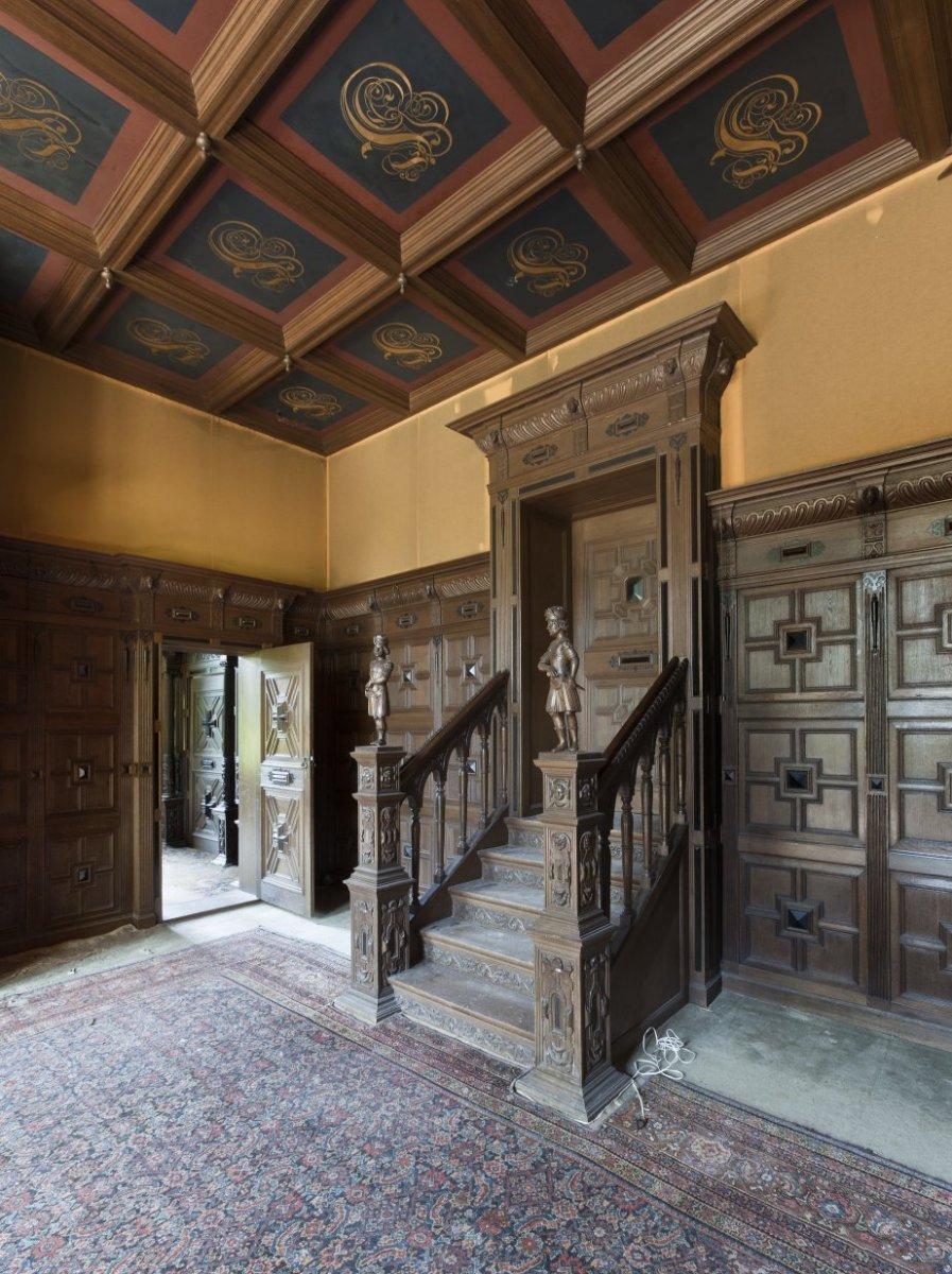 File interieur grote salon met eikenhouten lambrisering for Decoration interieur salon