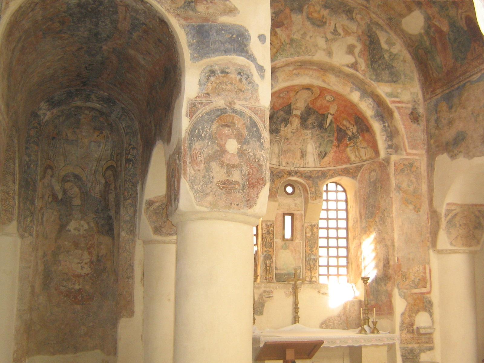 File interno chiesa di san pietro otranto for Interno san pietro