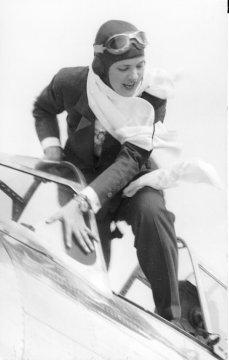 File:Jackie Cochran at 1938 Bendix Race.jpg