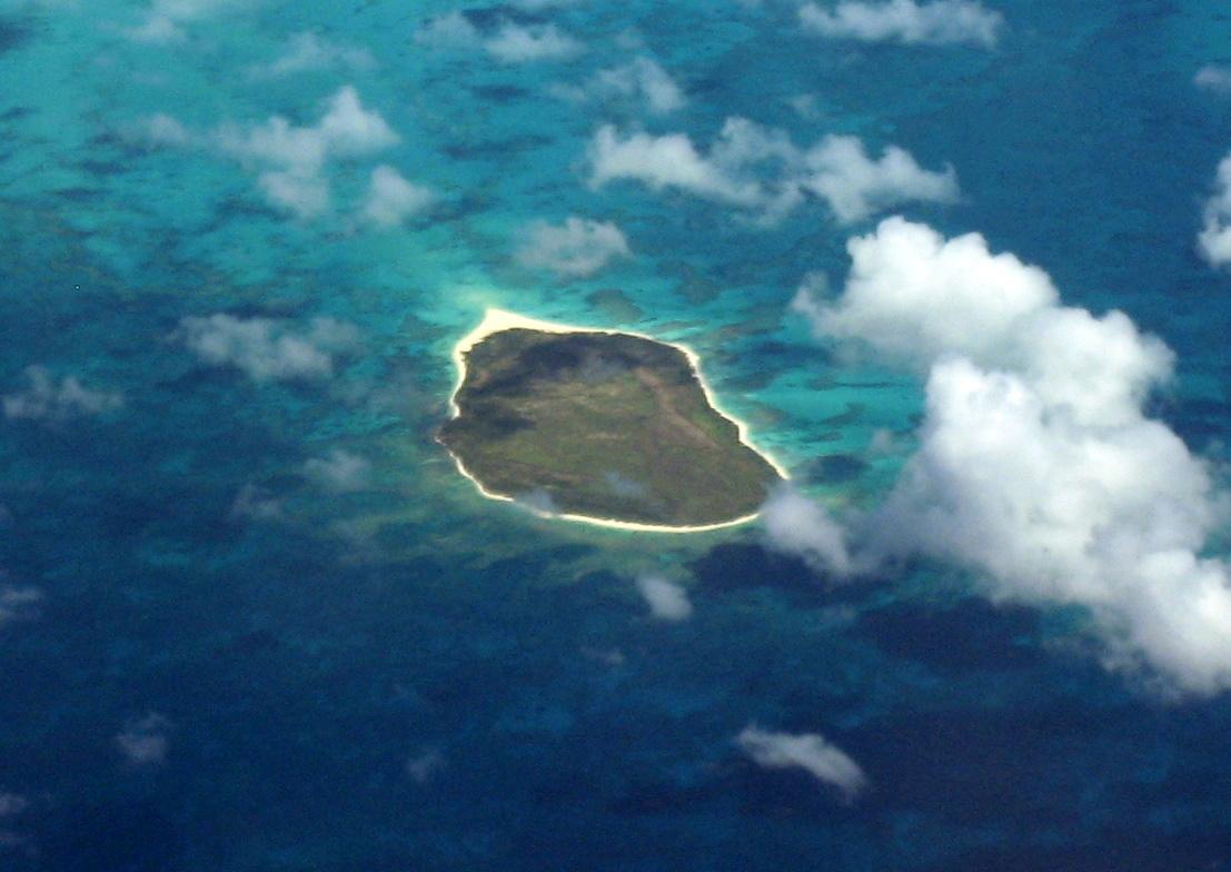 Lisianski Island - Hawaiian Chain.jpg Deutsch: Die Insel Lisianski, Nordwestliche Hawaii-Inseln, aus 10.000 m Höhe. Blickrichtung Süden English: