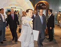 2008年6月8日、日本科学未来館を訪れた内閣総理大臣福田康夫(右)を案内 Wikipediaより
