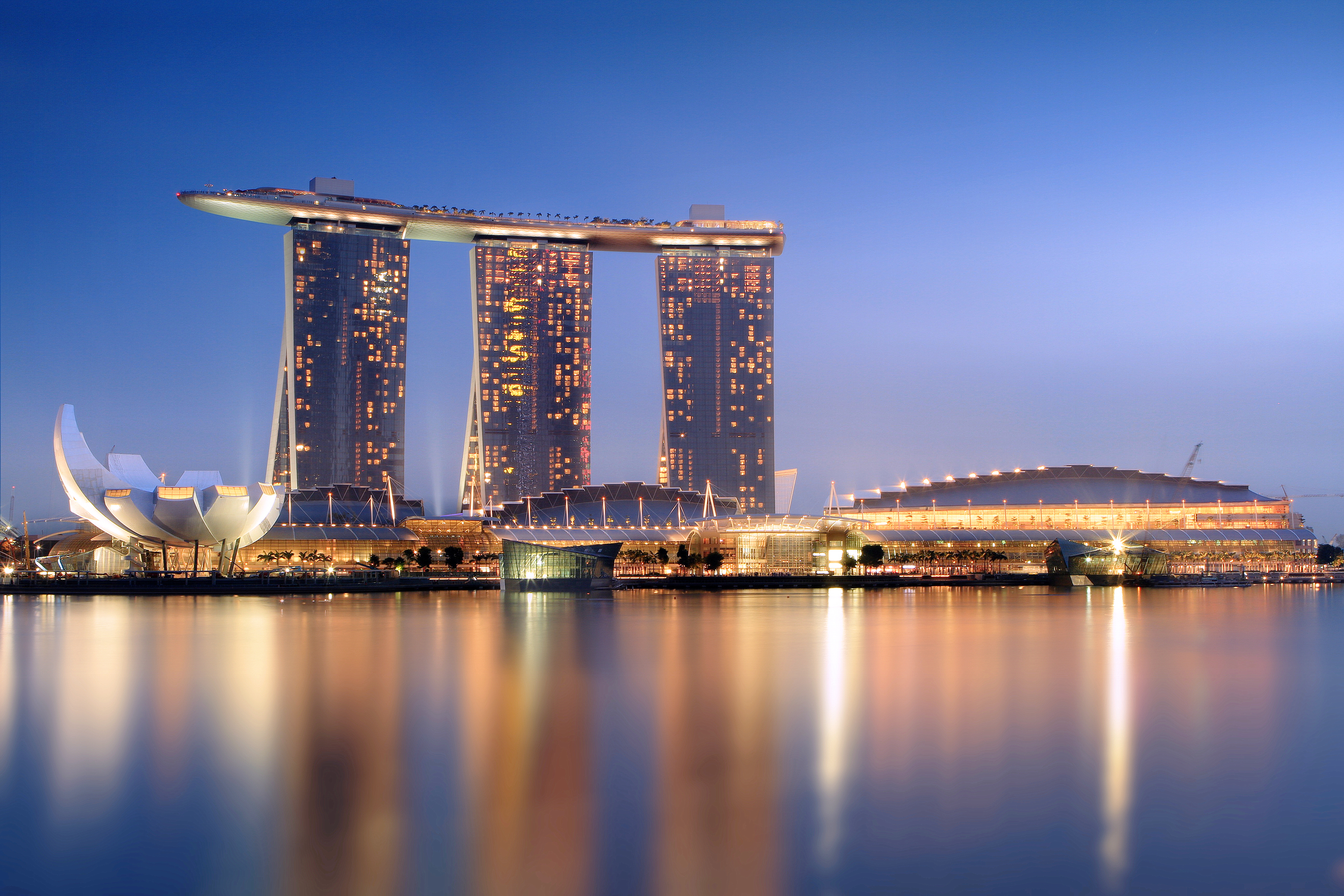 Marina_Bay_Sands_in_the_evening_-_201011