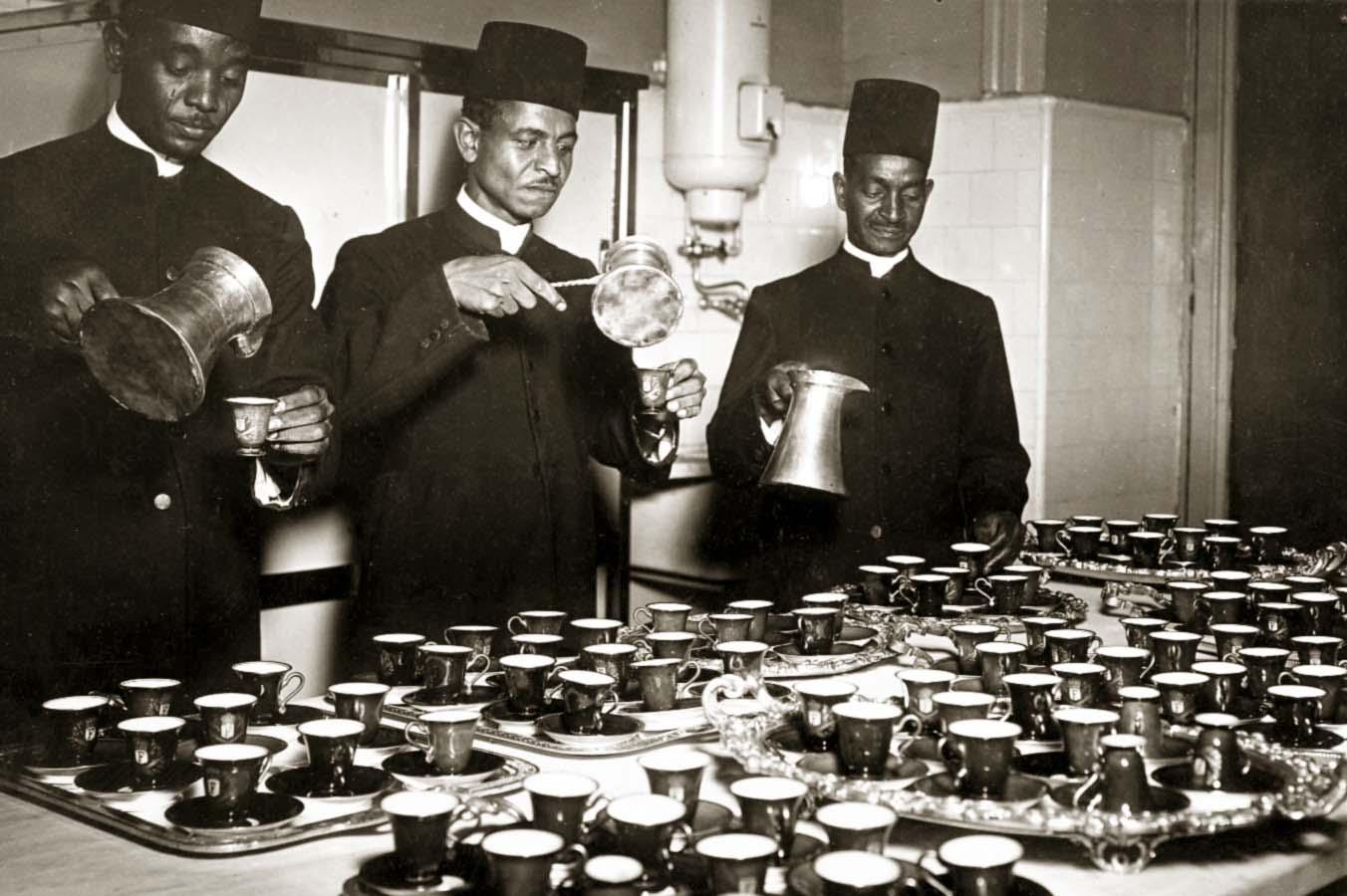 السفرجية يعدون القهوة لضيوف الملك فاروق على مأدبة الإفطار في رمضان. تصوير: رياض شحاتة / المصدر: مكتبة الاسكندرية