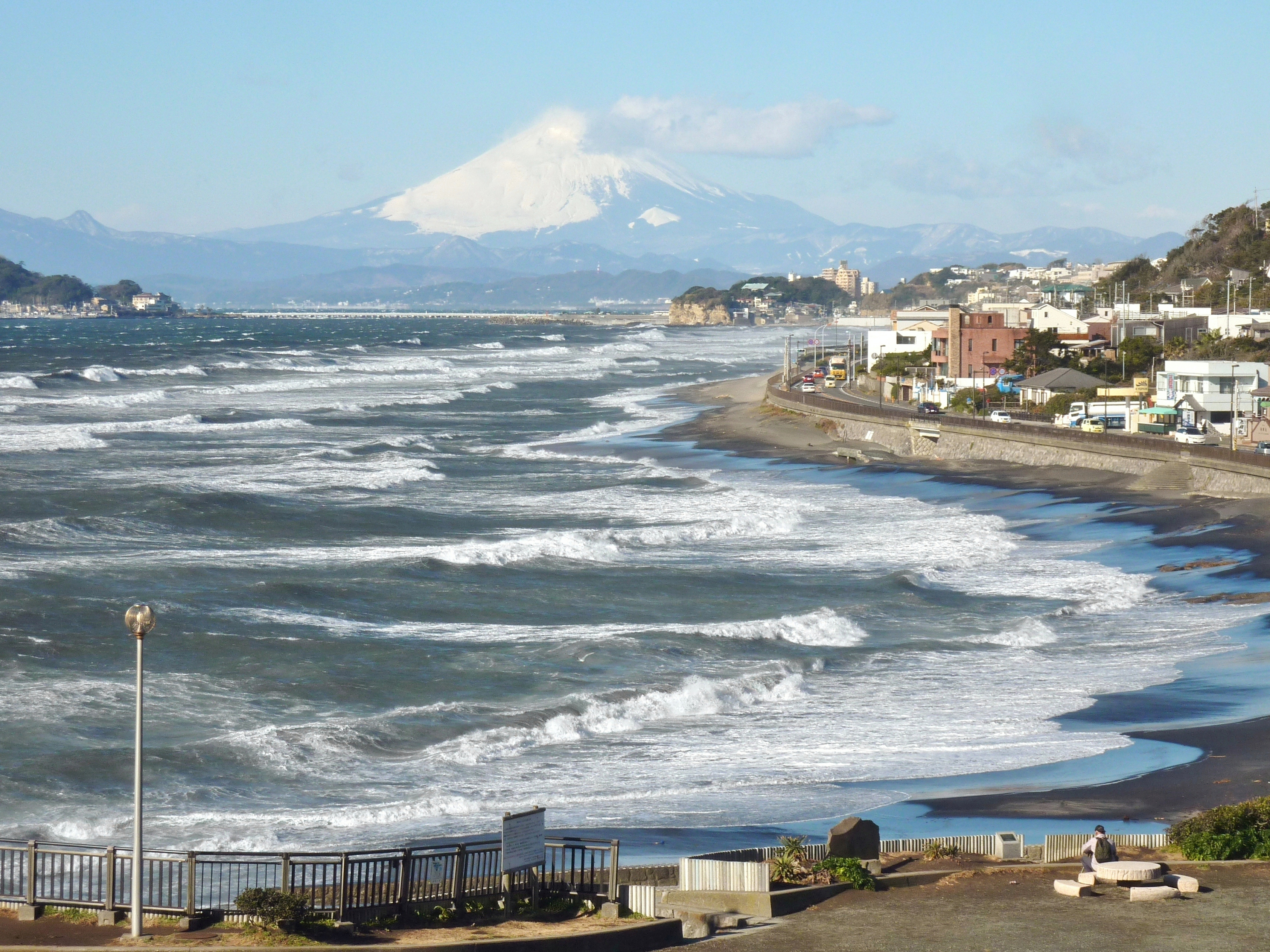 https://upload.wikimedia.org/wikipedia/commons/f/f9/Mt._Fuji_from_Inamuragasaki_02.jpg