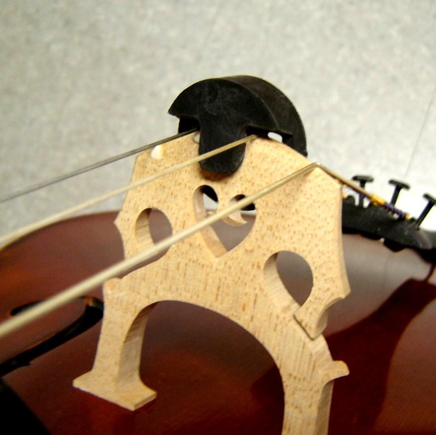 ''Dämpfer'' (schwarz) an einem Cello
