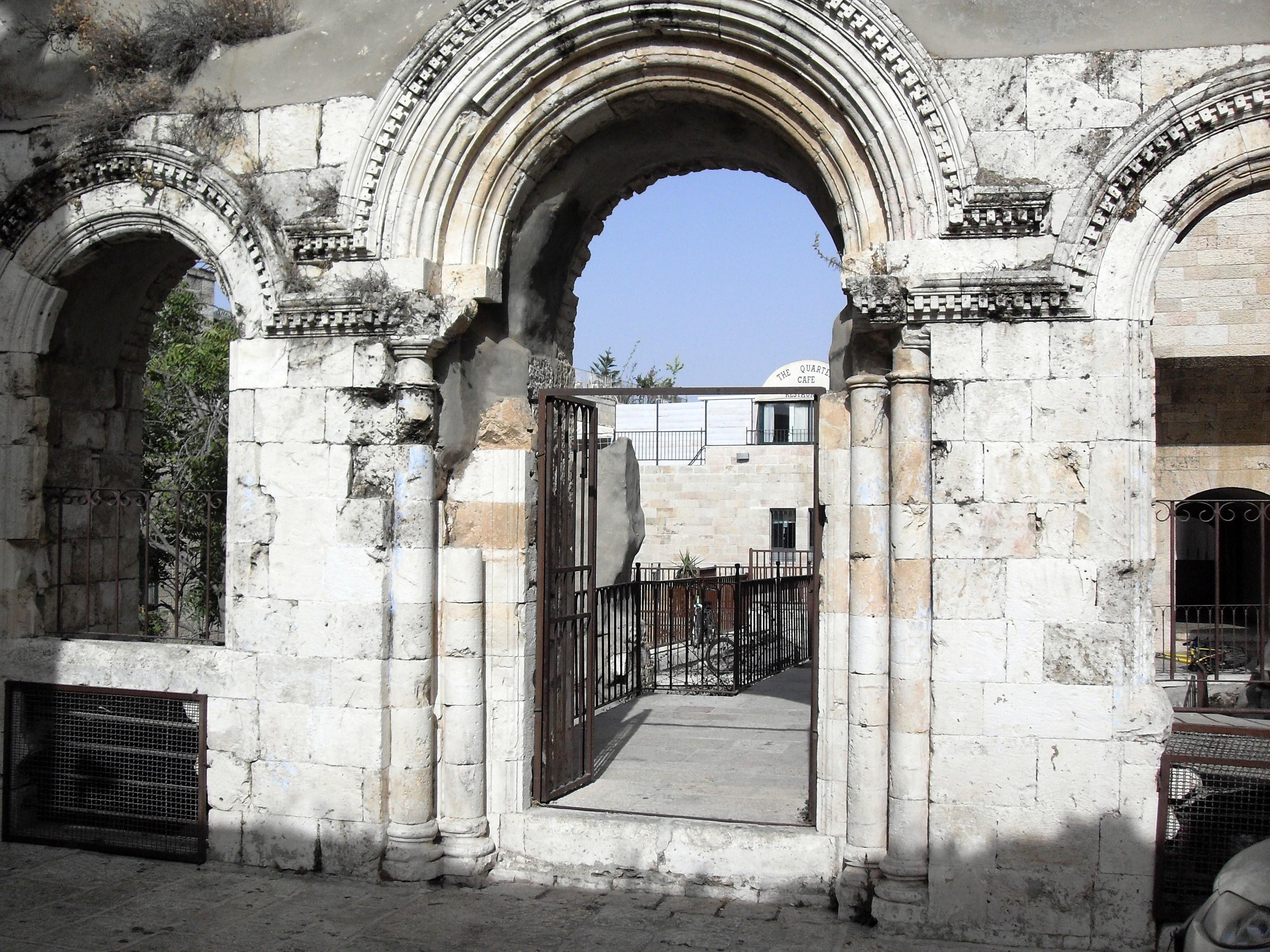 https://upload.wikimedia.org/wikipedia/commons/f/f9/Old_Jerusalem_Tiferet_Yisrael_Synagogue_Gate.JPG