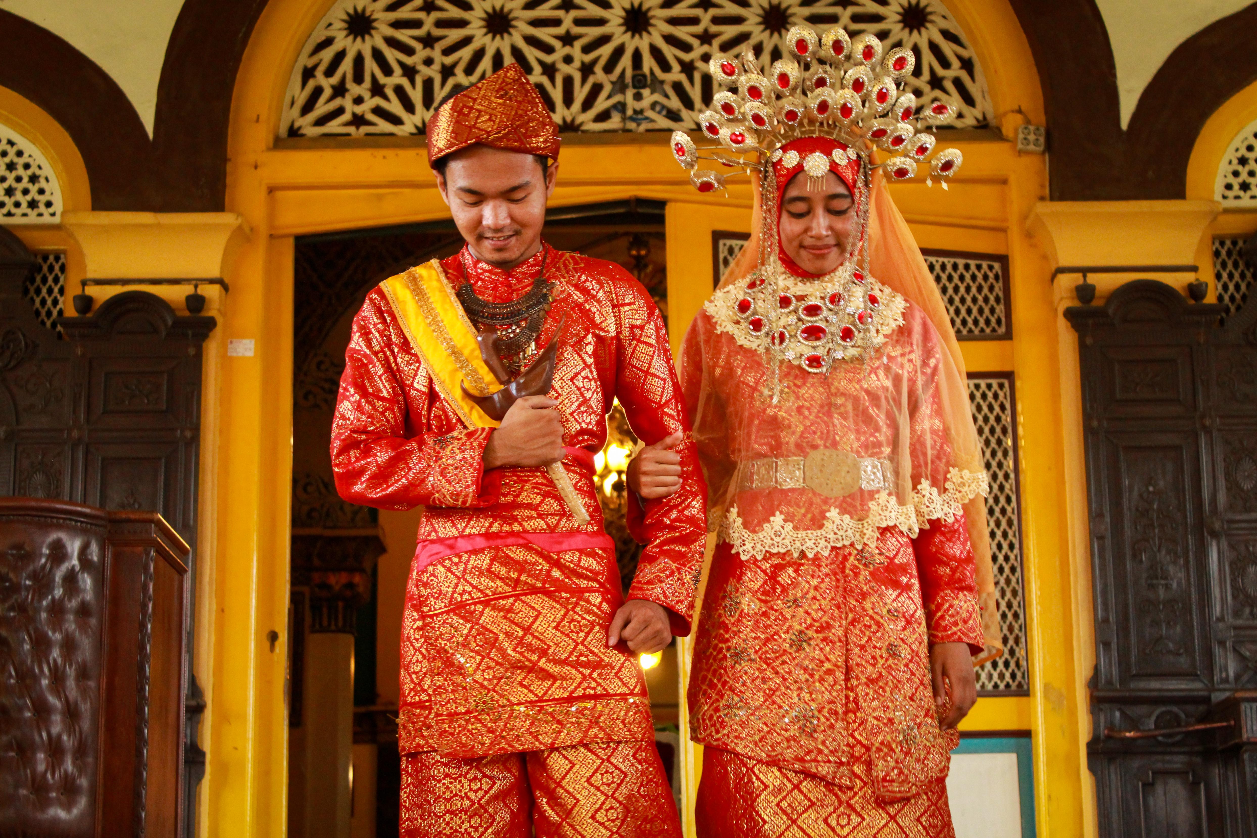 File:Pengantin Memakai Pakaian Adat Melayu Deli.jpg - Wikimedia