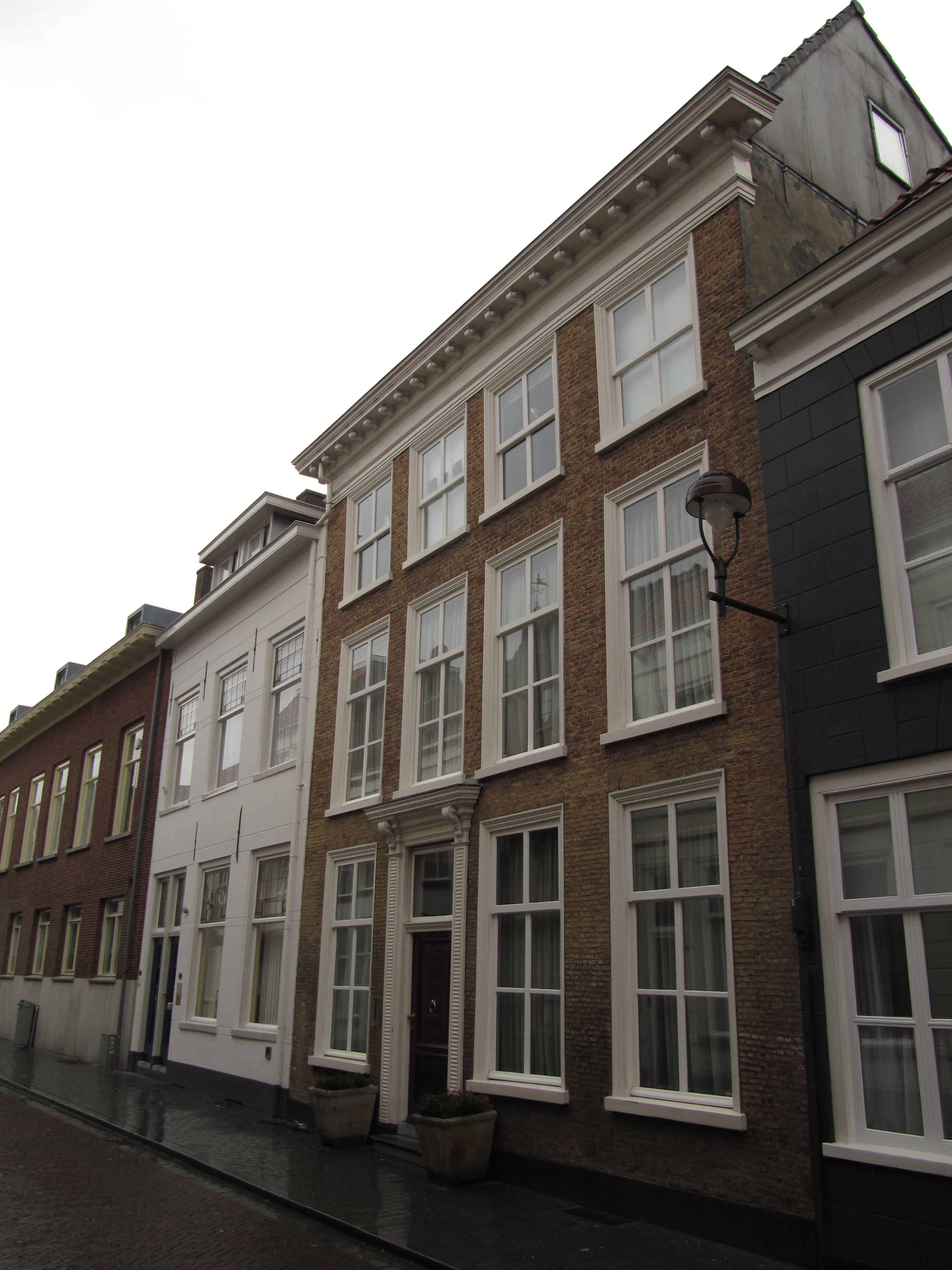 Huis met ontpleisterde lijstgevel en met pilasters en kroonlijst versierde ingang in bergen op - Huis ingang ...