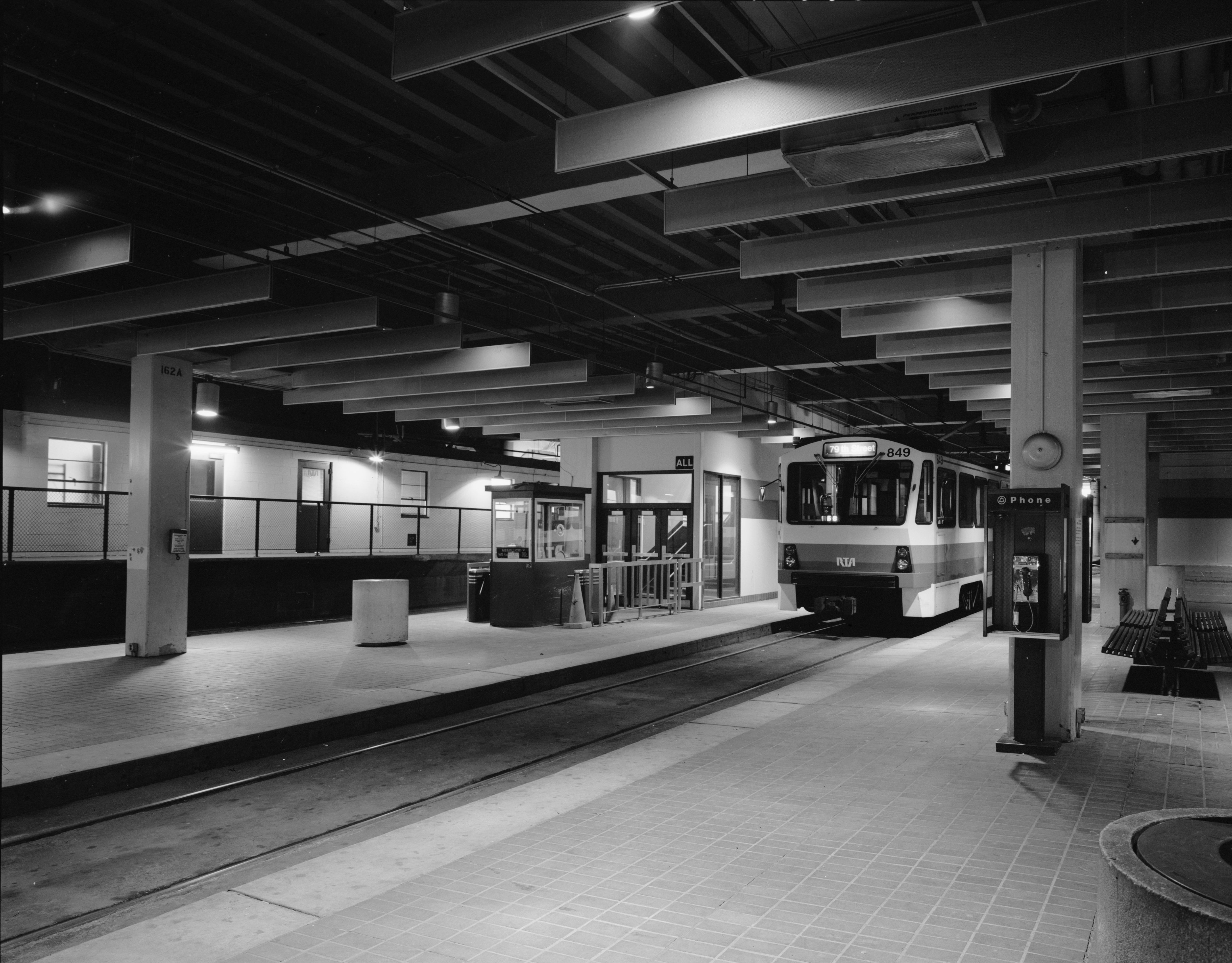 File:RTA Blue and Green Line Public Square Station Platform..jpg ...