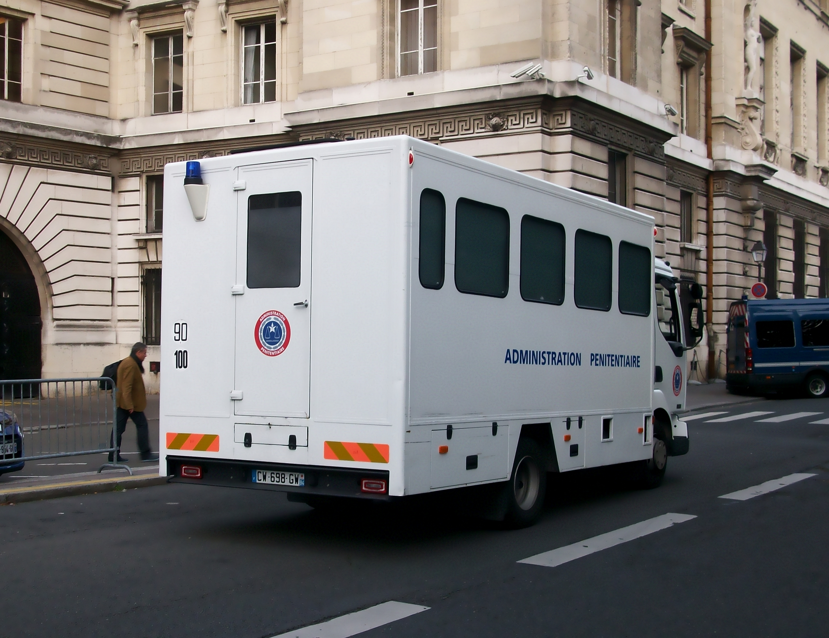 https://upload.wikimedia.org/wikipedia/commons/f/f9/Renault_Midlum,_Administration_p%C3%A9nitentiaire_Paris,_septembre_2013_-_2.JPG