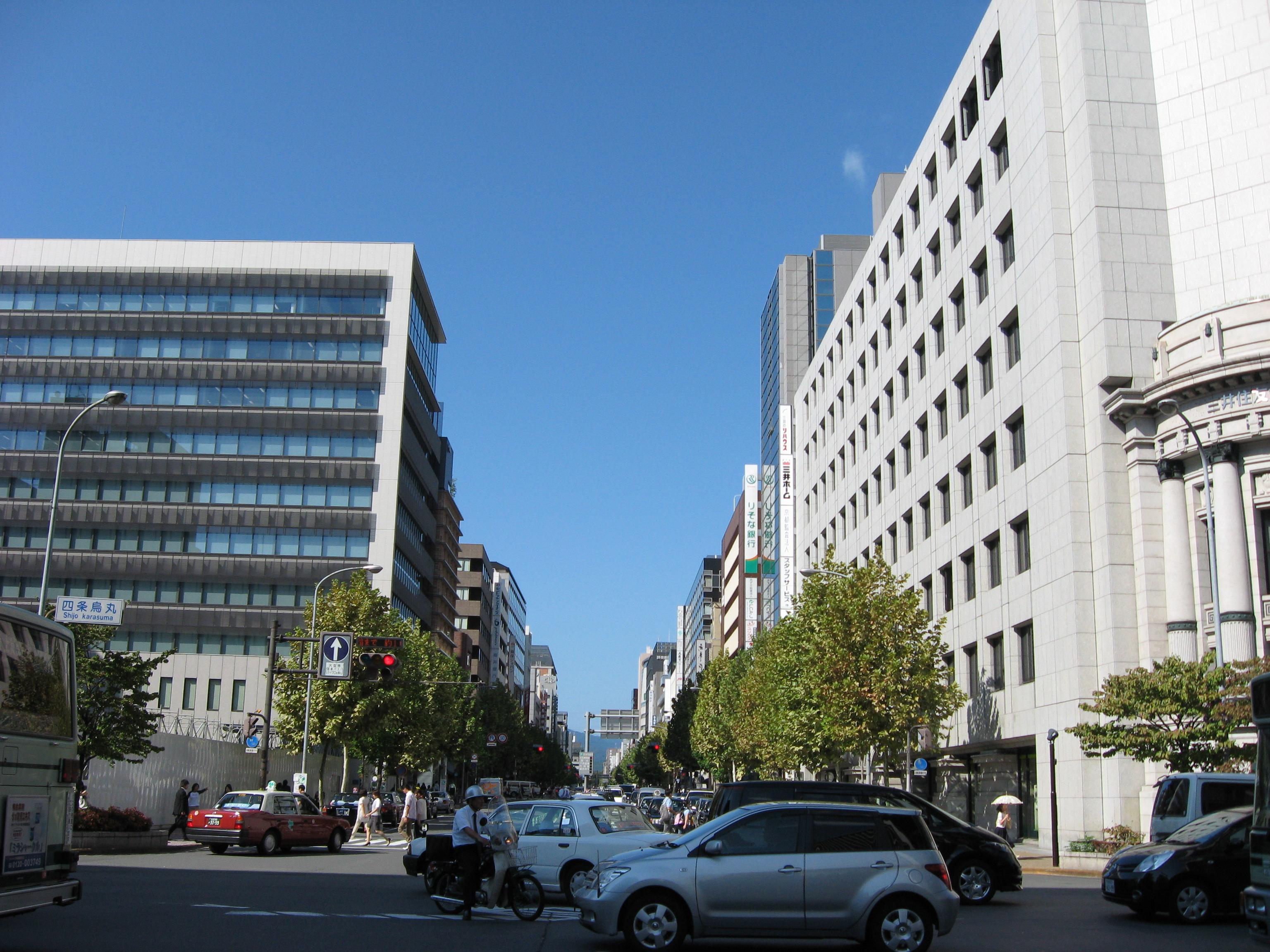 https://upload.wikimedia.org/wikipedia/commons/f/f9/Shijo_Karasuma_North_Side.jpg