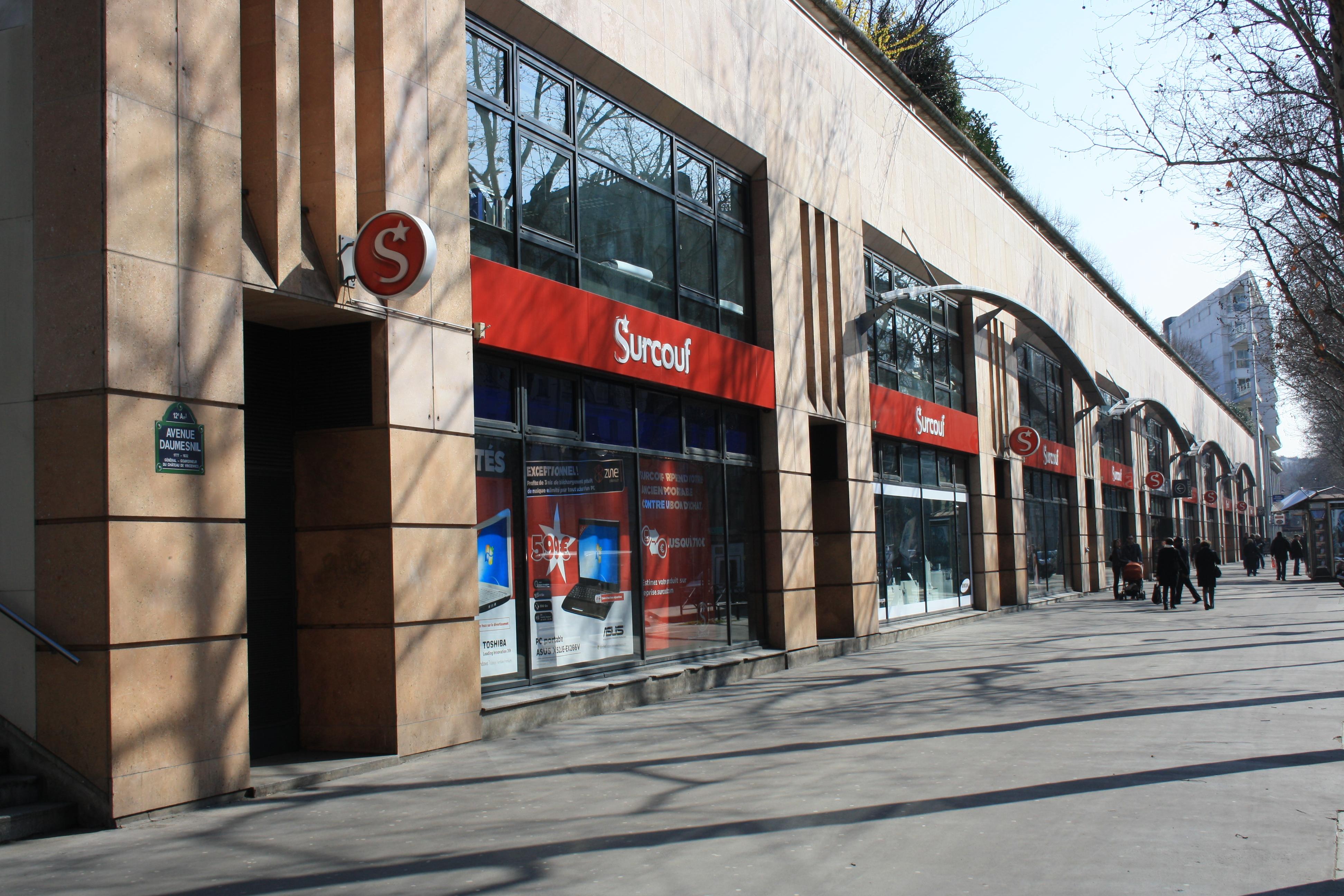 1dc96e9bb81eb ... la fermeture de deux de ses magasins. http://www.surcouf.com/