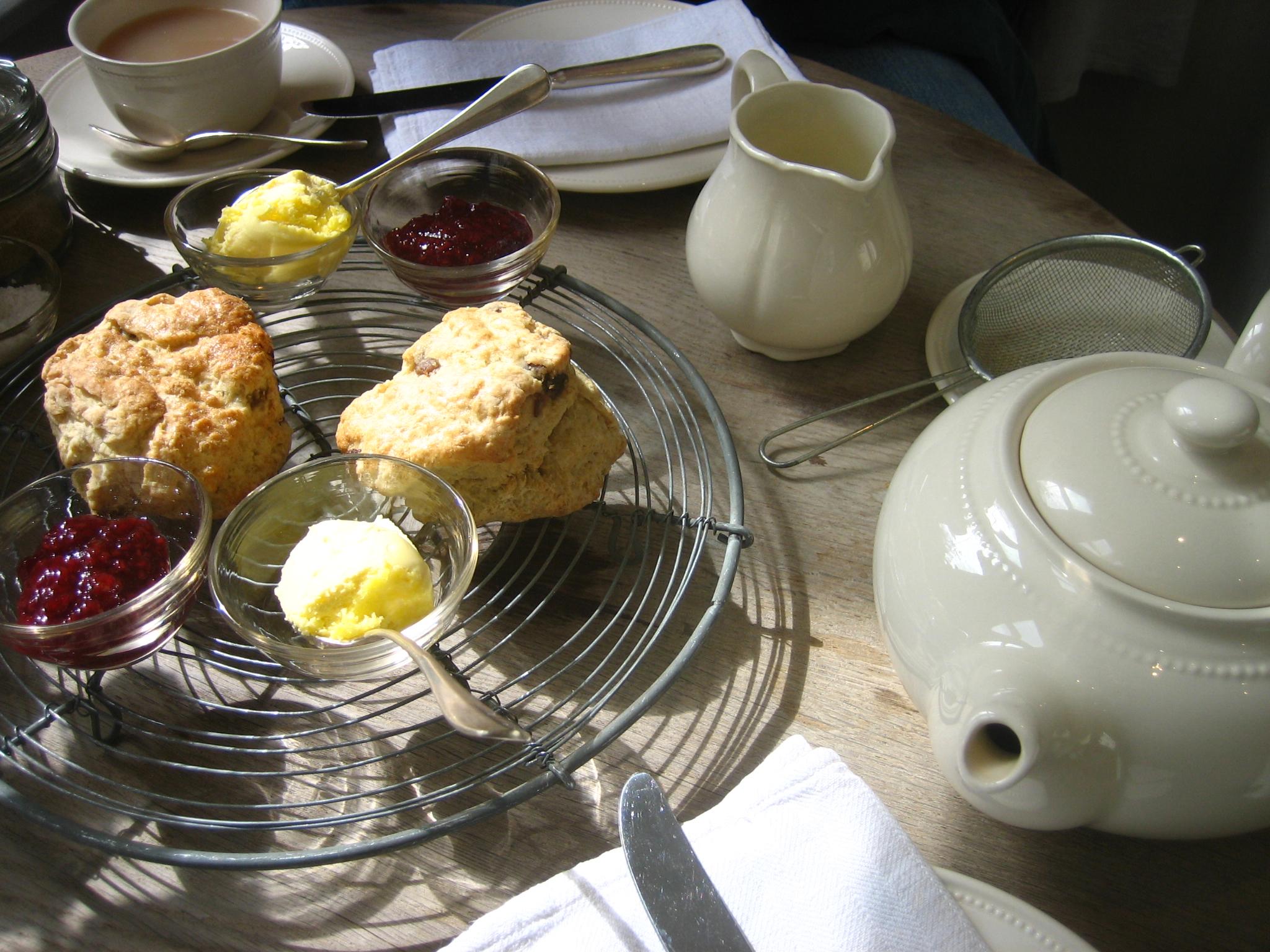 https://upload.wikimedia.org/wikipedia/commons/f/f9/Tea_and_scones_2.jpg