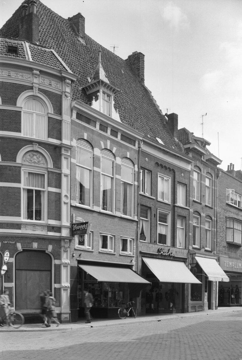 huis onder een dwars zadeldak met het nummer 14 in zutphen