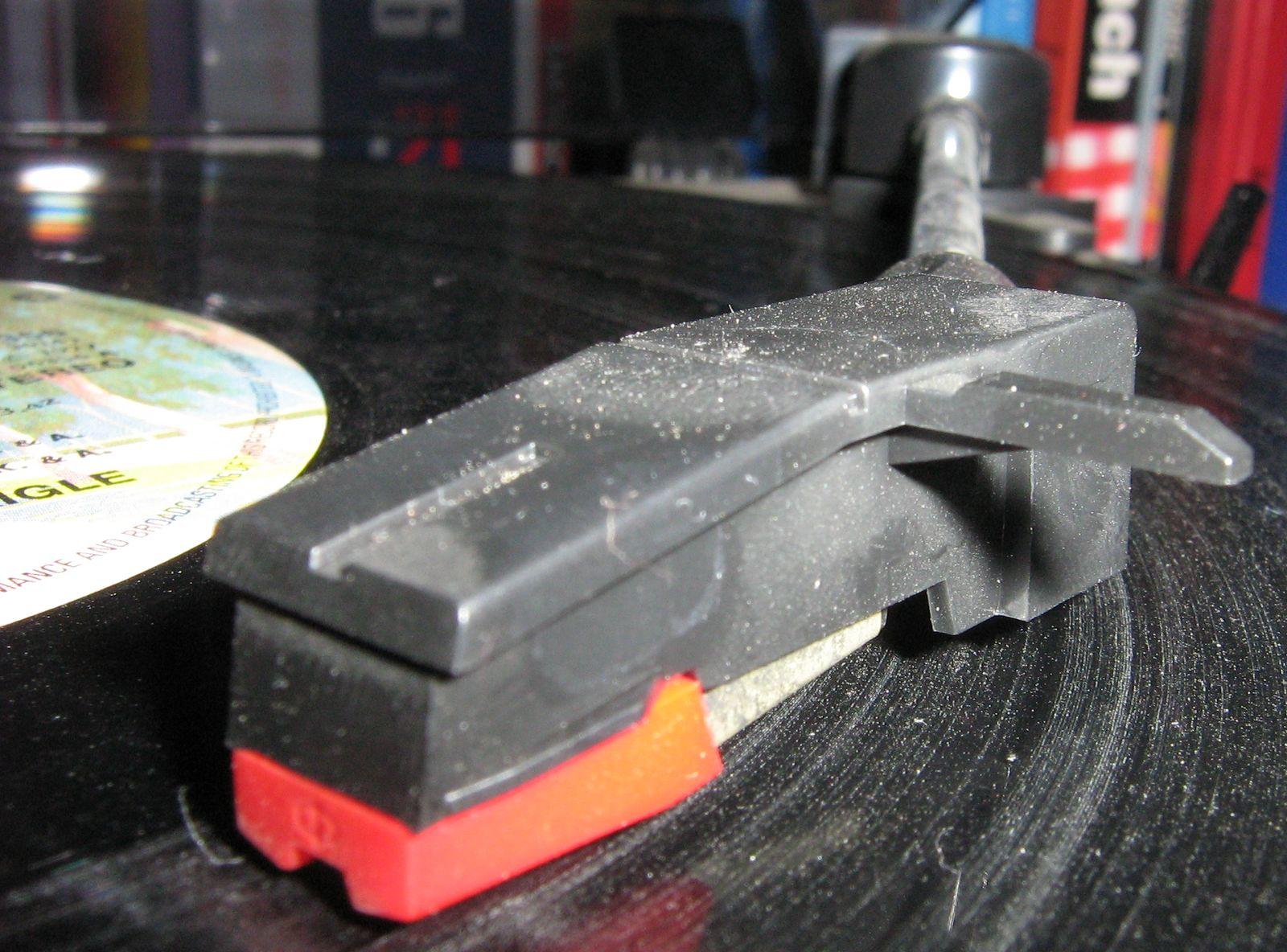http://upload.wikimedia.org/wikipedia/commons/f/f9/Vinyl_very_dusty.jpg