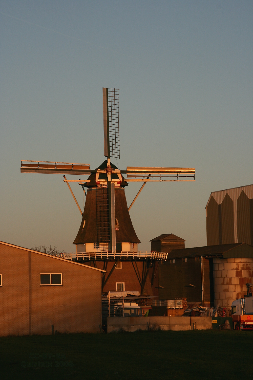 http://upload.wikimedia.org/wikipedia/commons/f/f9/Vragender_-_molen_De_Vier_Winden_in_avondlicht.jpg