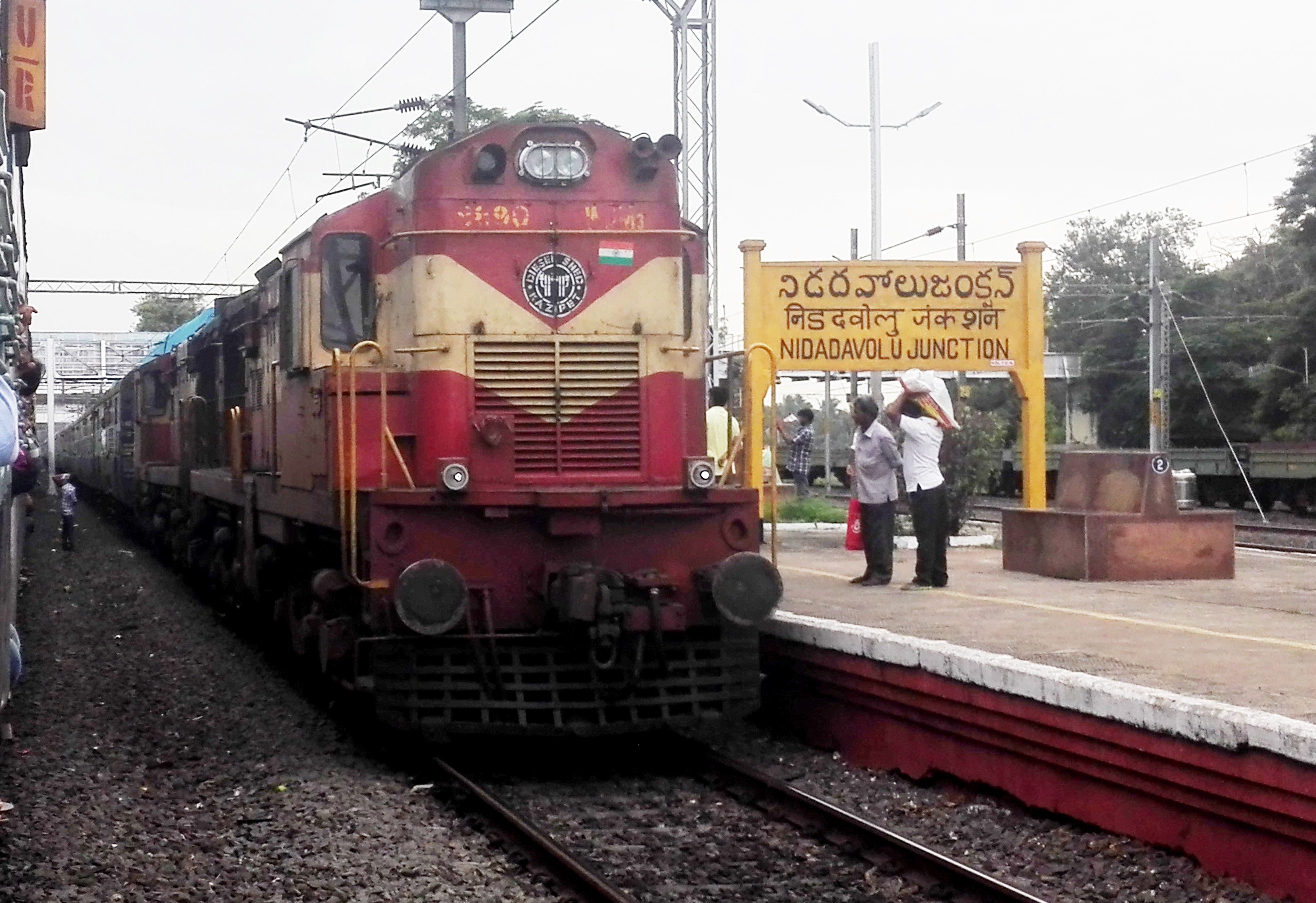 file kakinada shiridi express at nidadavole junction jpg