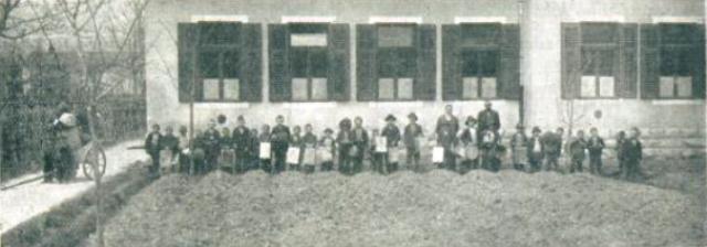 Šolski otroci v Grgarju nabirajo kovine za vojne namene.jpg