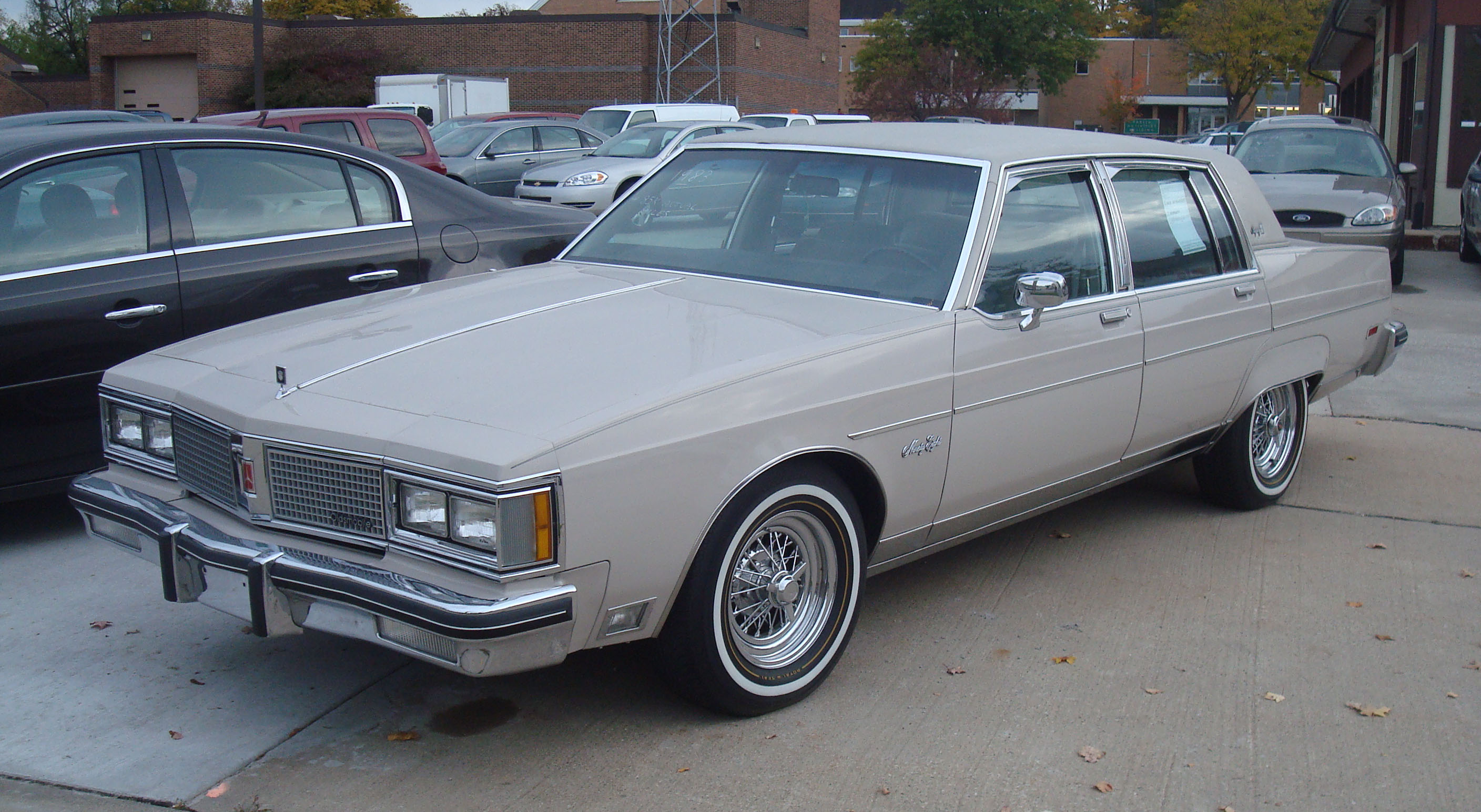 Fichier:1983 Oldsmobile Ninety-Eight (cropped version).jpg ...