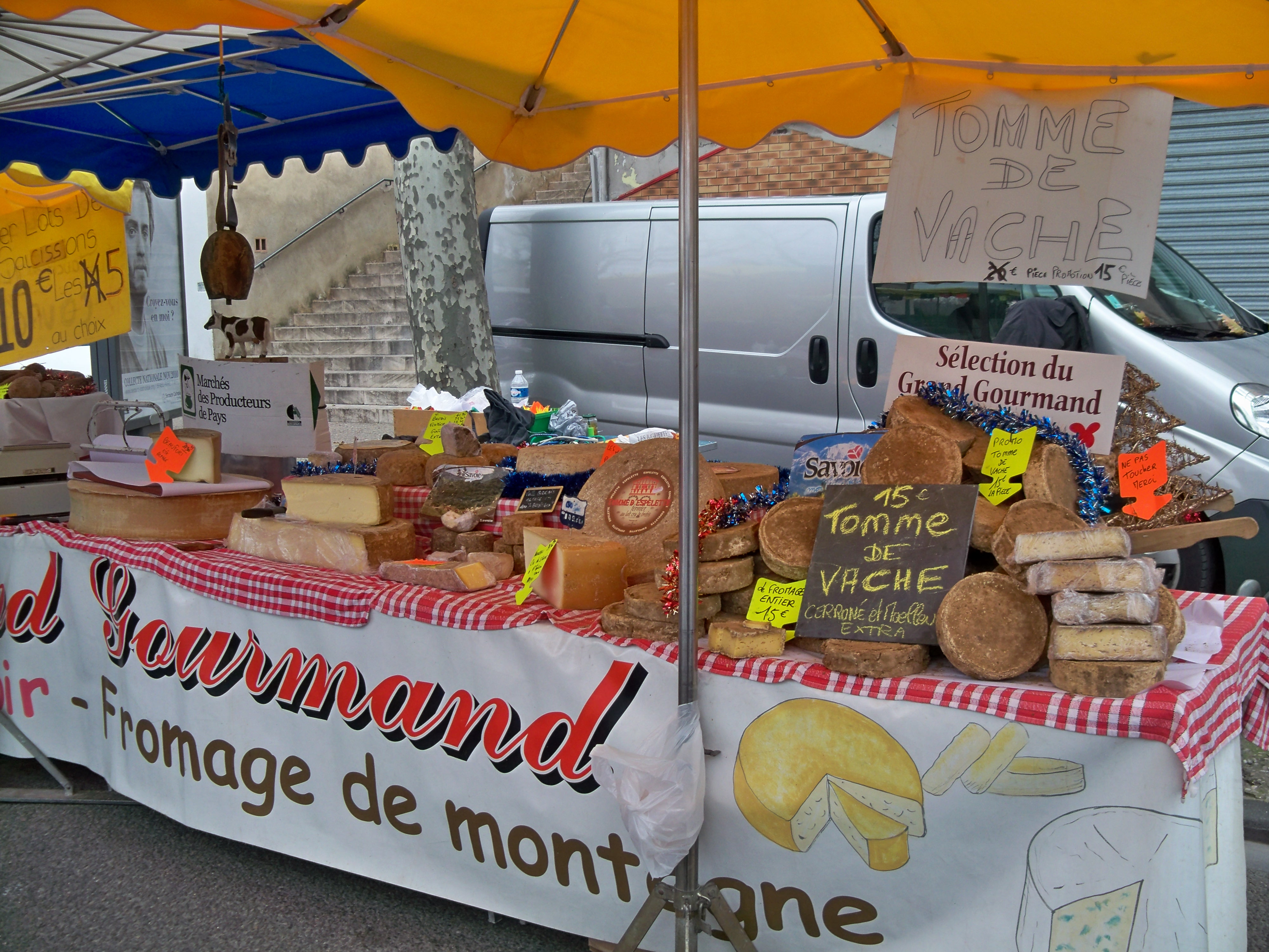 File 2010 foire st siffrein stand fromage jpg wikimedia for Stand foire