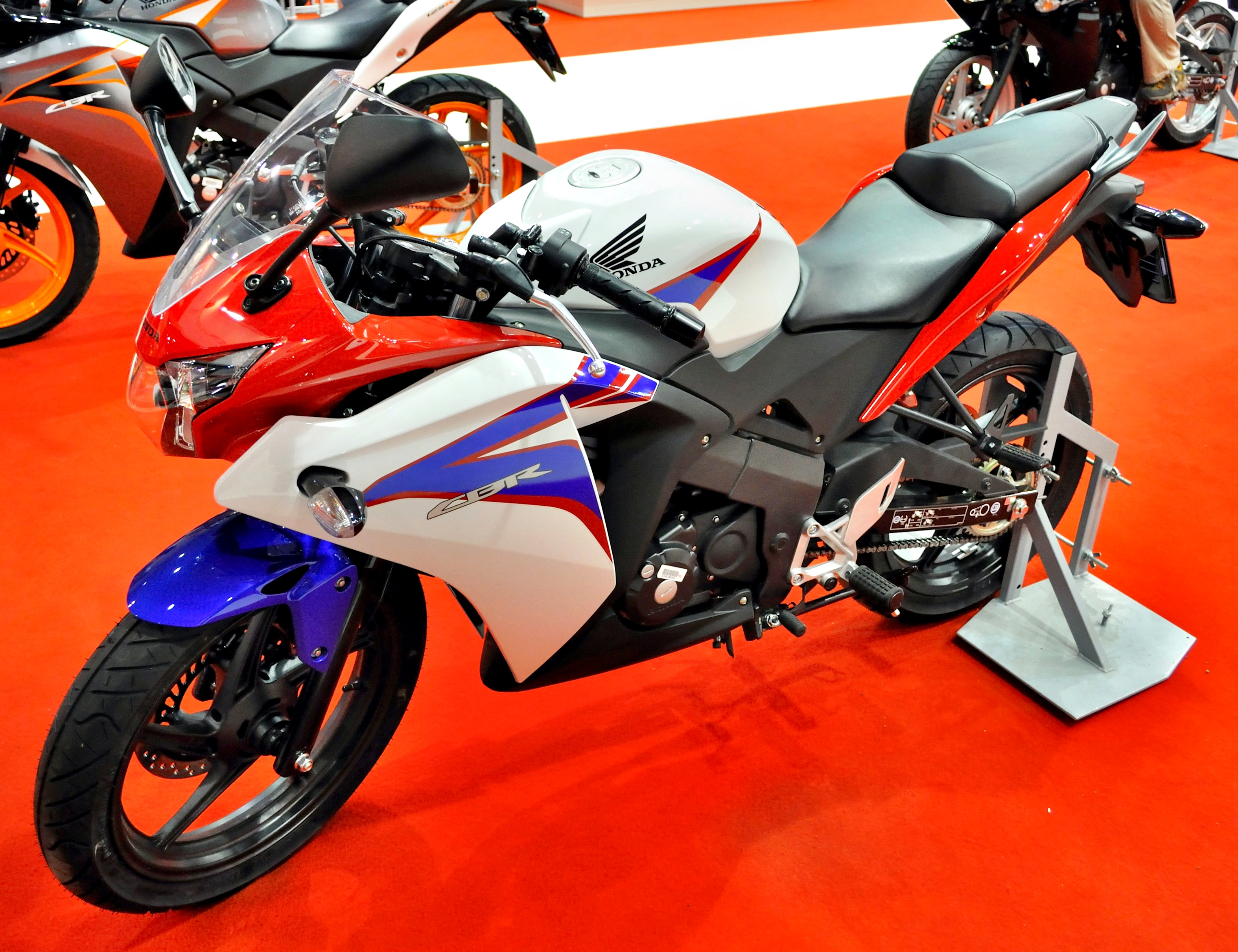 file 2011 blue red white honda cbr125r. Black Bedroom Furniture Sets. Home Design Ideas