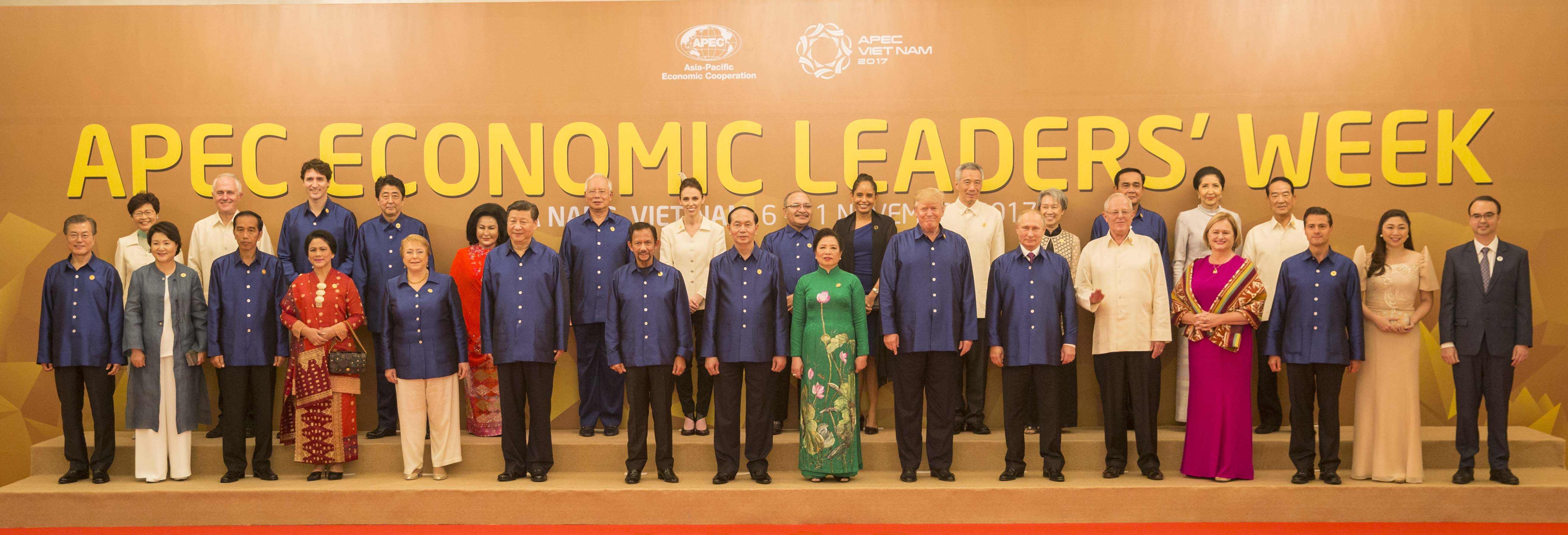 https://upload.wikimedia.org/wikipedia/commons/f/fa/APEC_Economic_Leaders%27_Week.jpg