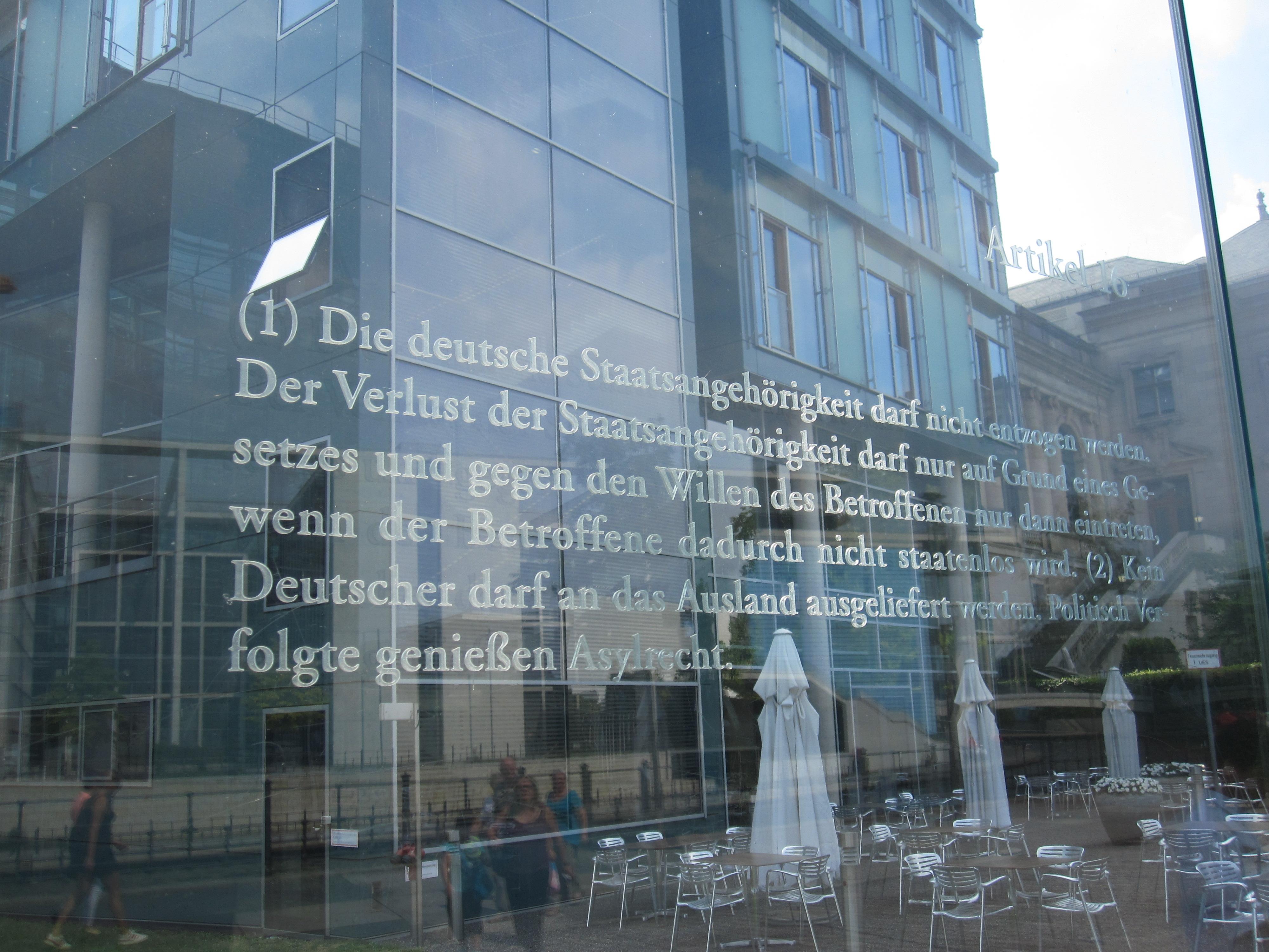 Artikel 16 des Grundgesetzes – eine Arbeit von Dani Karavan an den Glasscheiben zur Spreeseite beim Jakob-Kaiser-Haus des Bundestages in Berlin