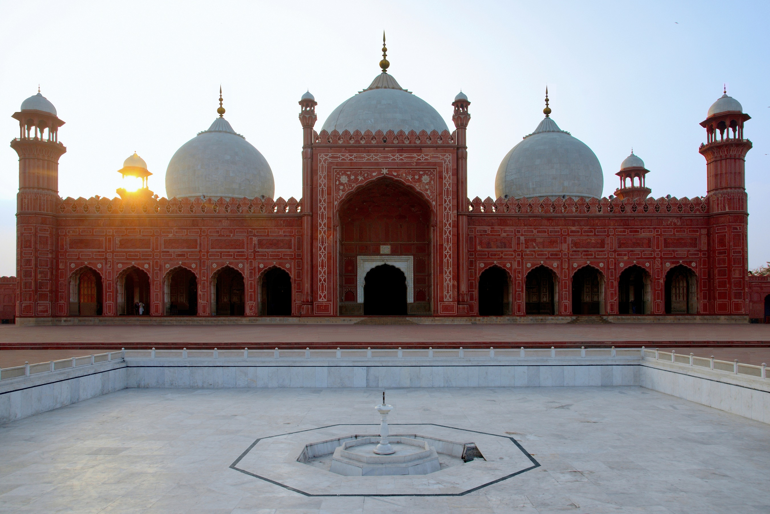 The most beautiful mosques to visit: Badshahi Mosque at sunset, Lahore, Pakistan